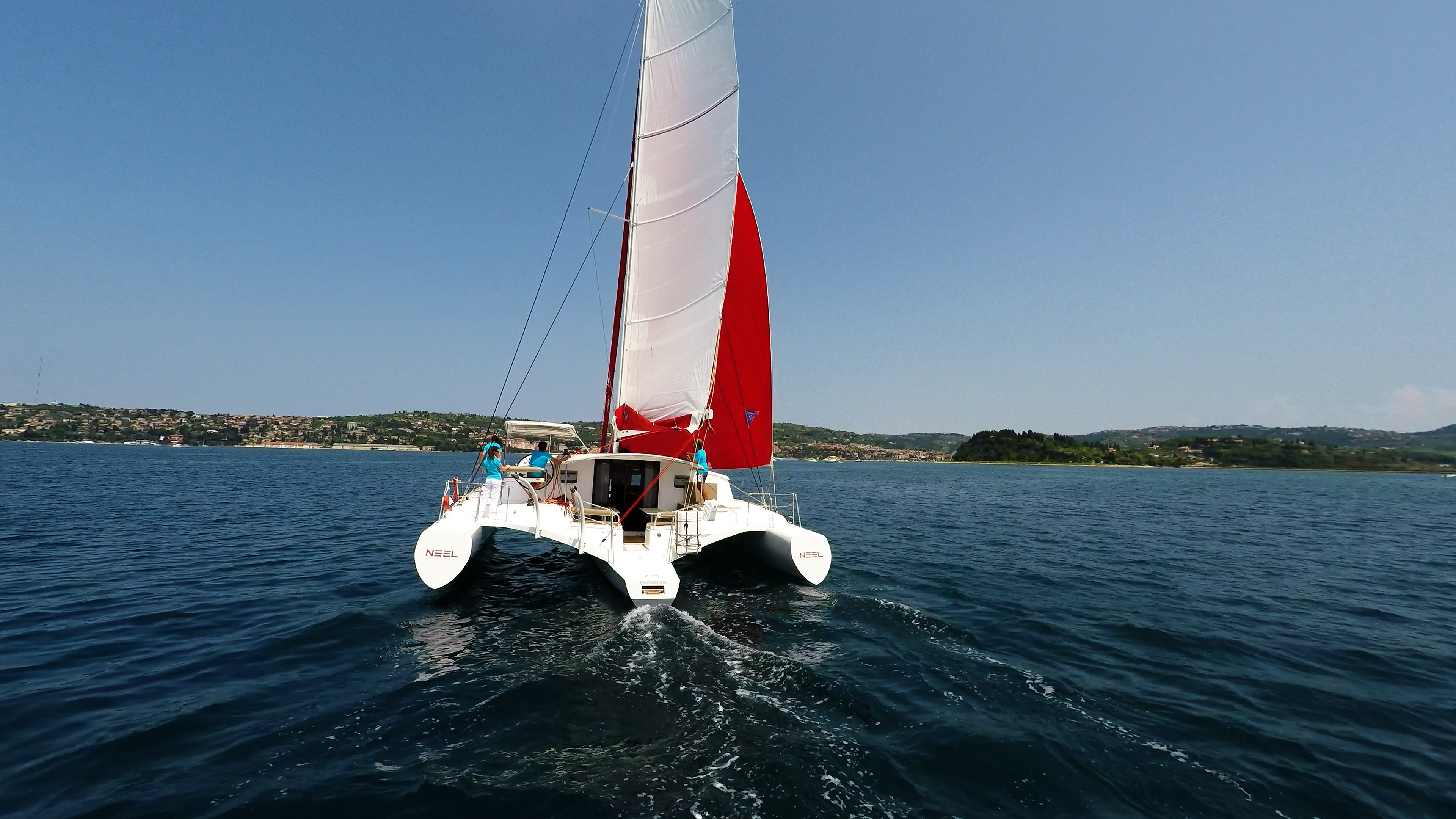 vista di poppa multiscafo yacht neel 45 naviga verso port