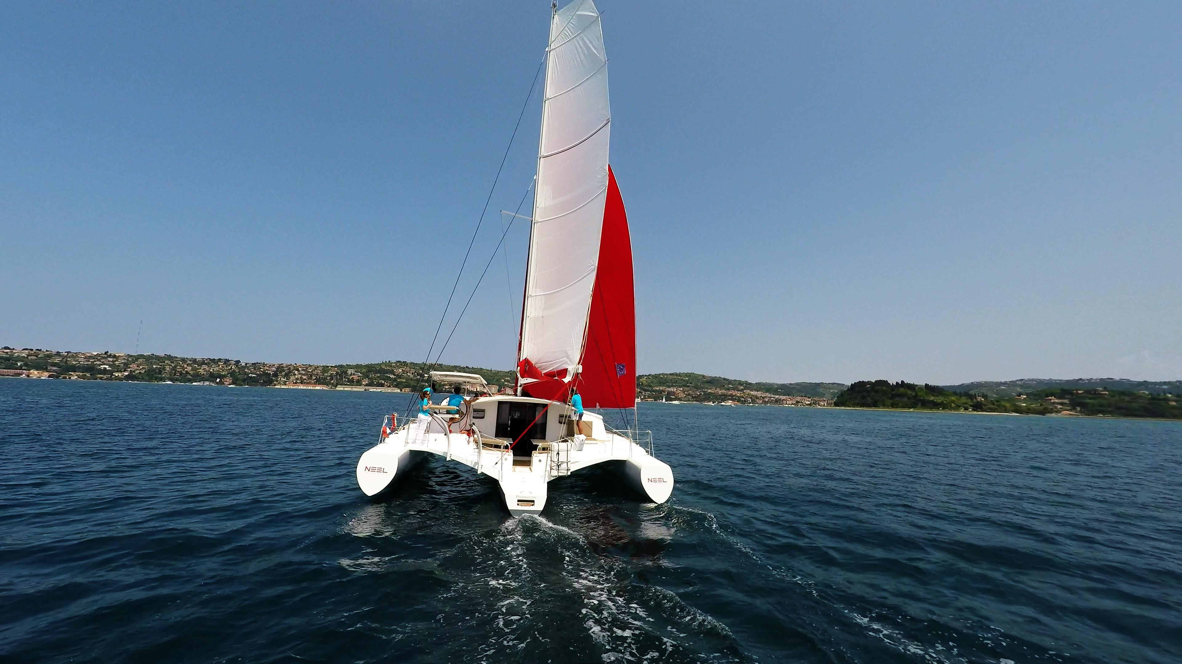 vista di poppa di multiscafo a vela neel 45
