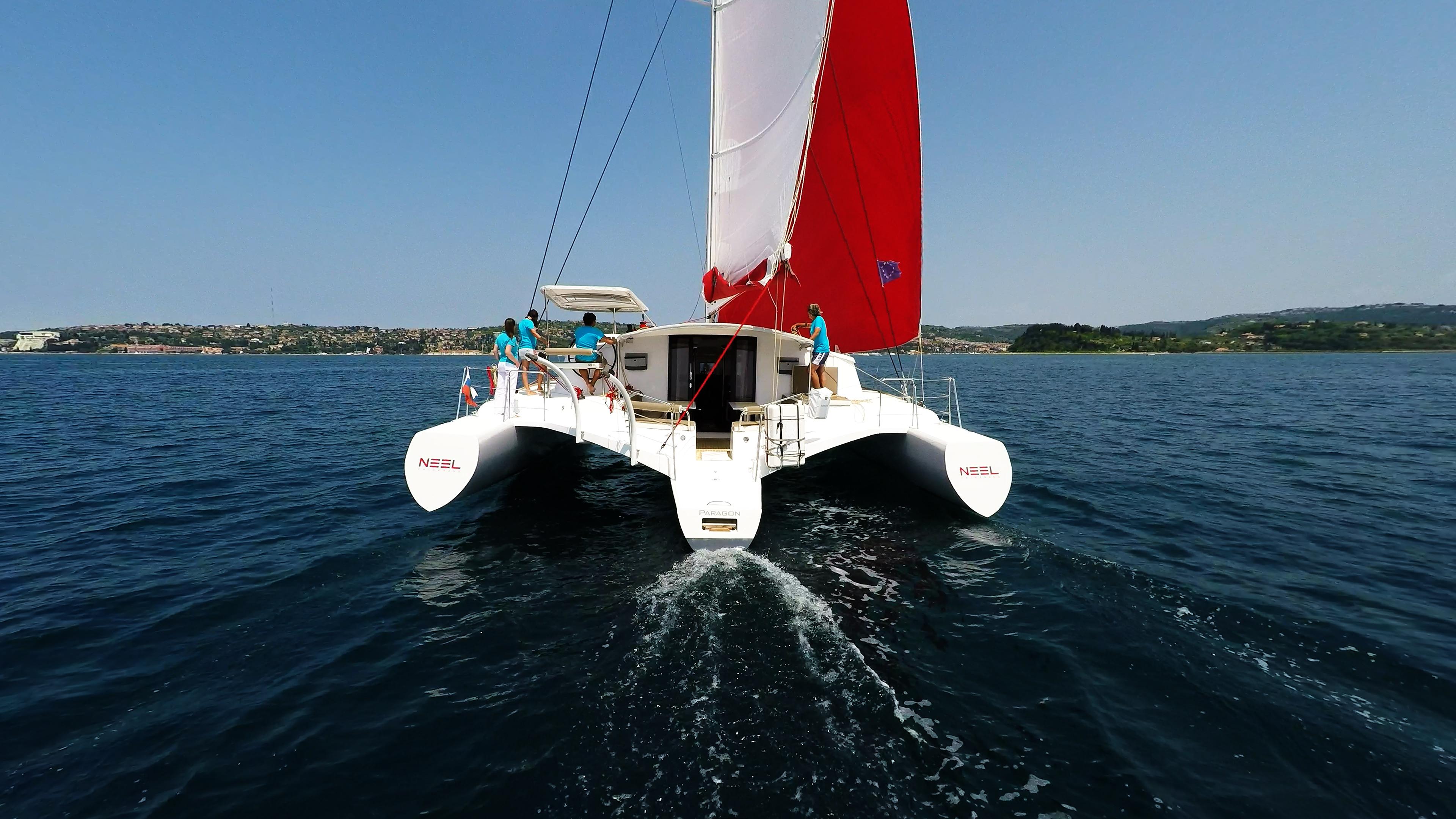 vista di poppa di trimarano  multiscafo yacht naviga a vela
