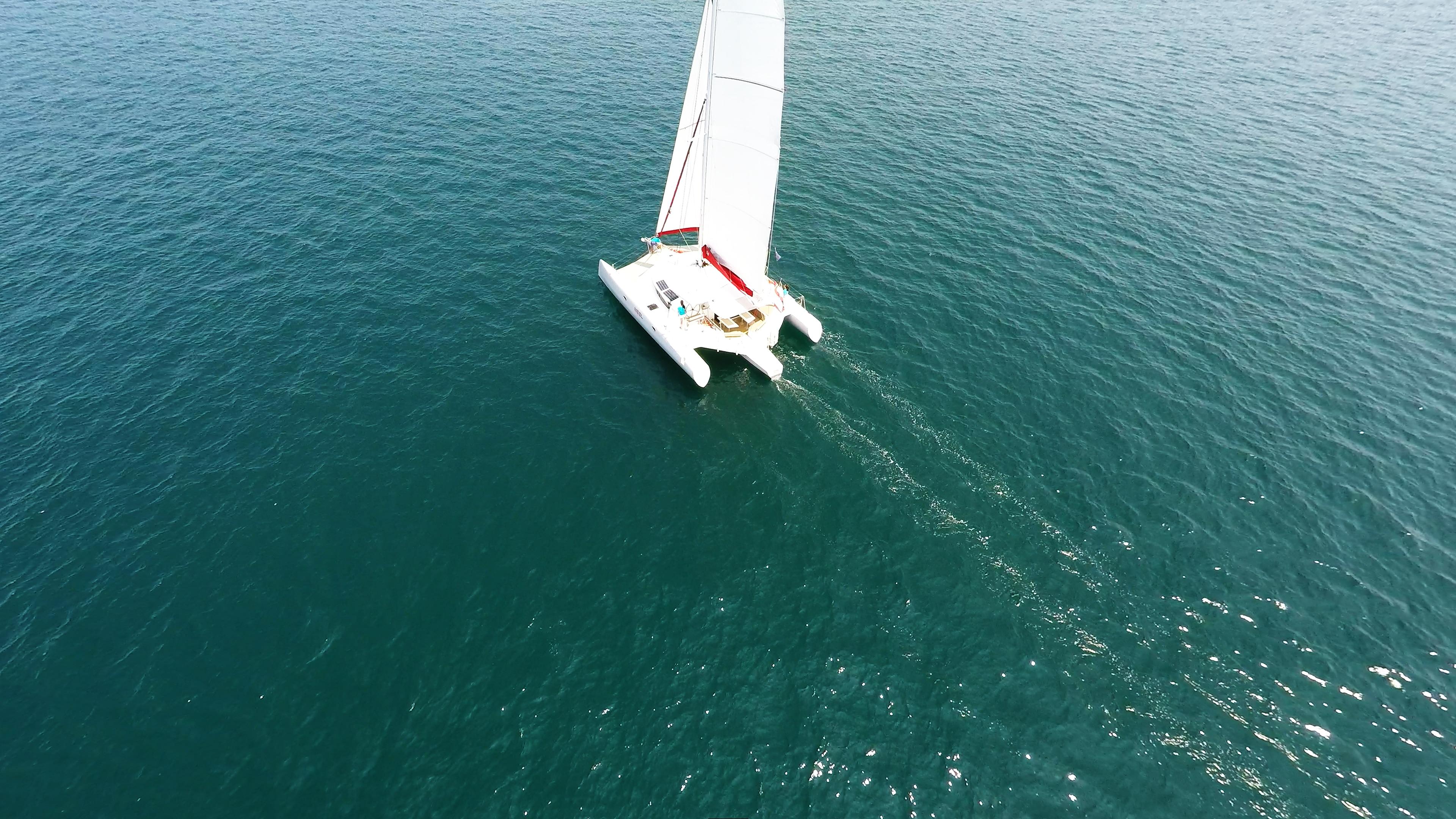 trimarano foto aerea vela