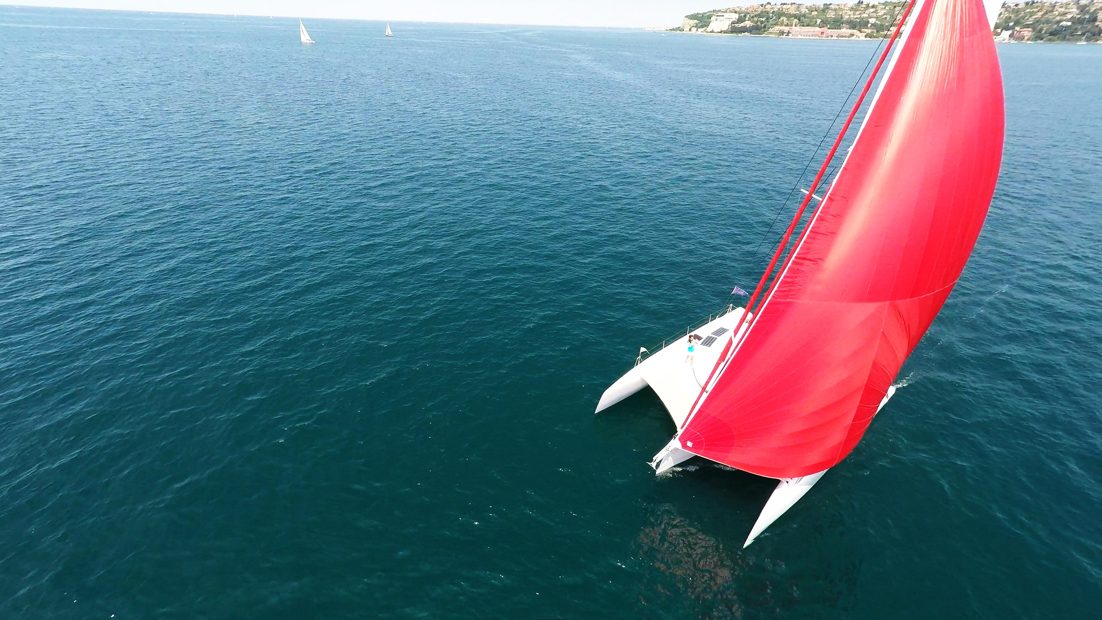 trimarano yacht a noleggio naviga con gennaker sul albero