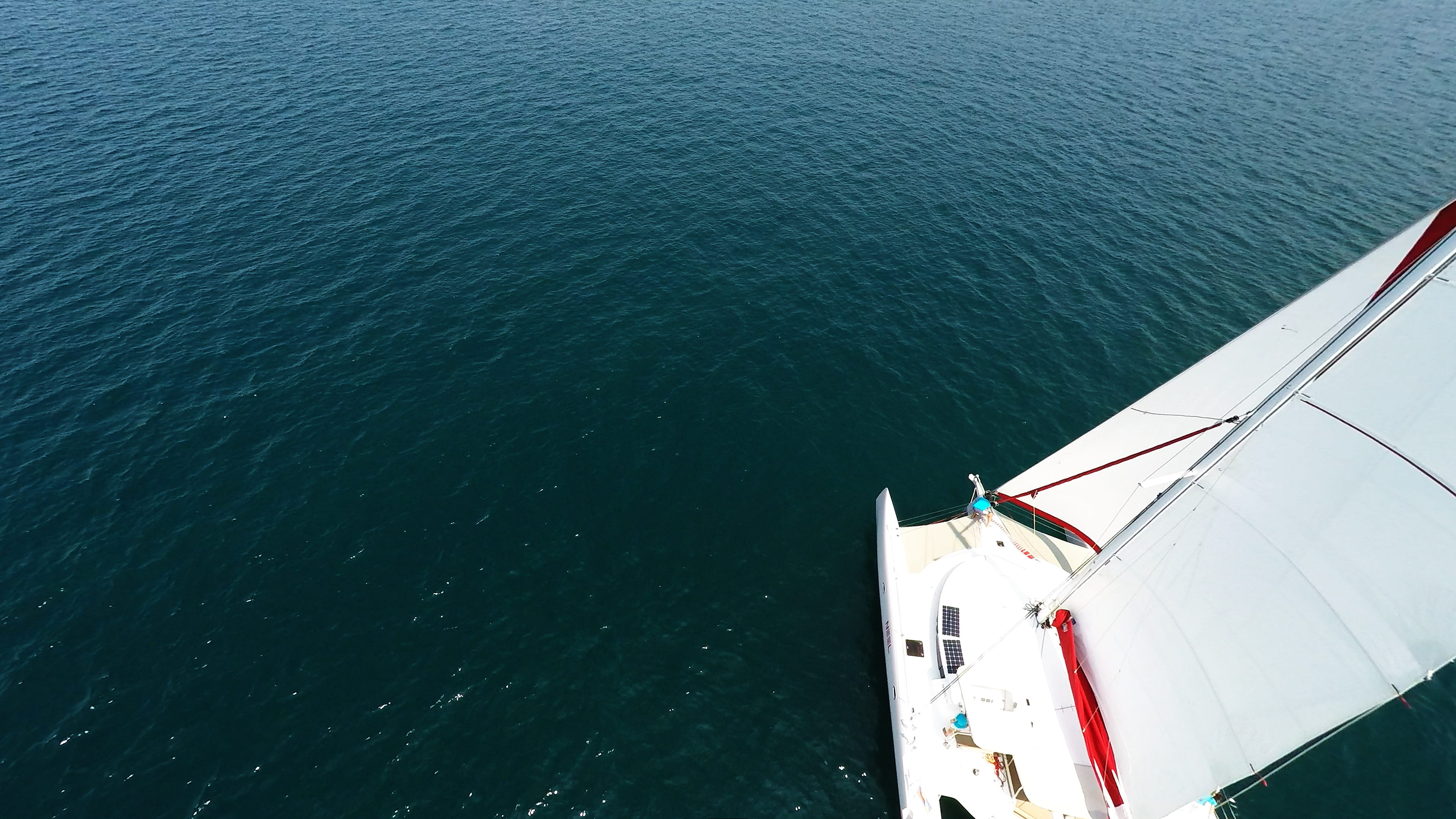 trimarano fondo blu mare