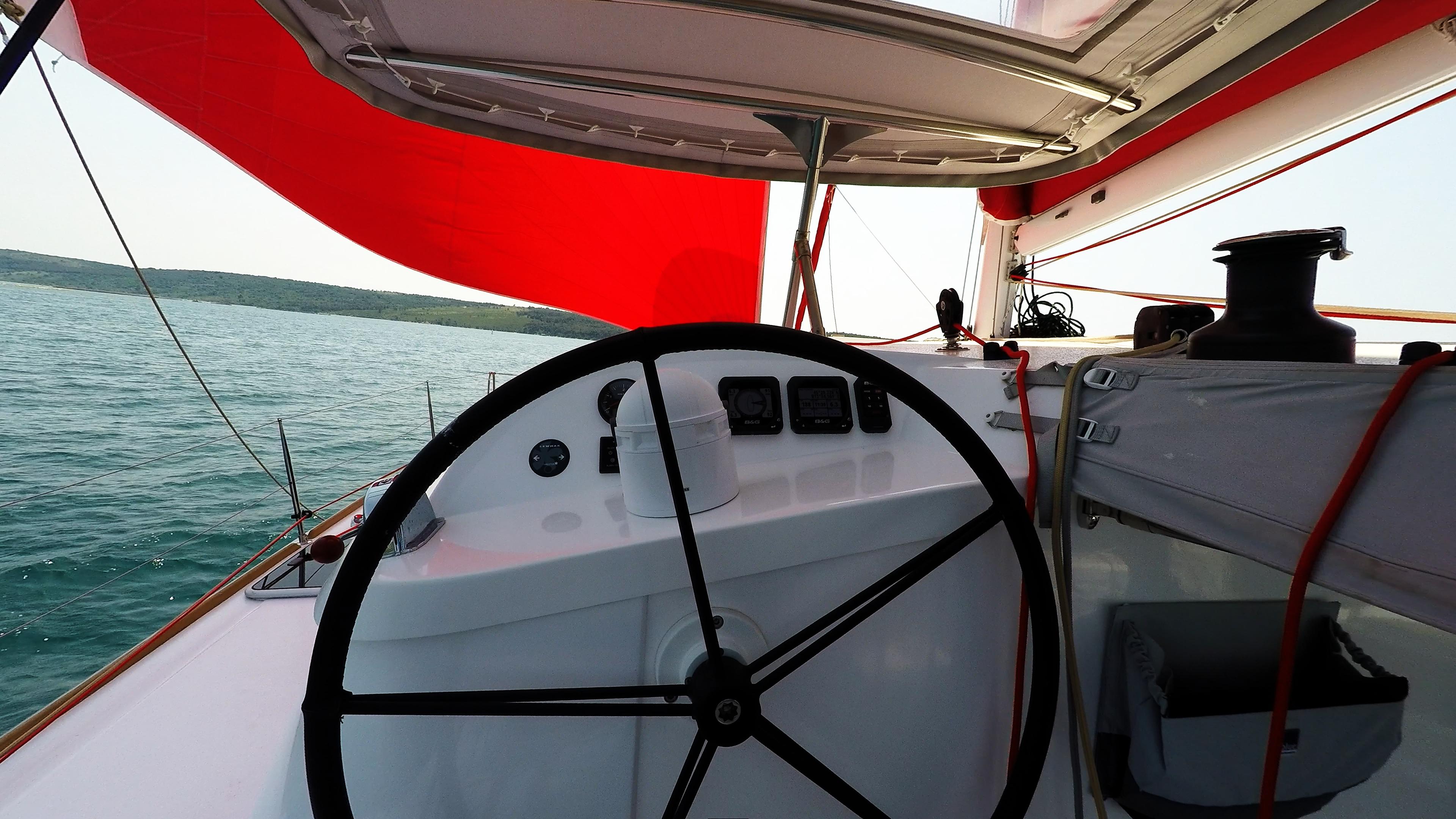 trimarano multiscafo barca a vela neel 45 skipper cockpit ruota del timone strumenti bozzello