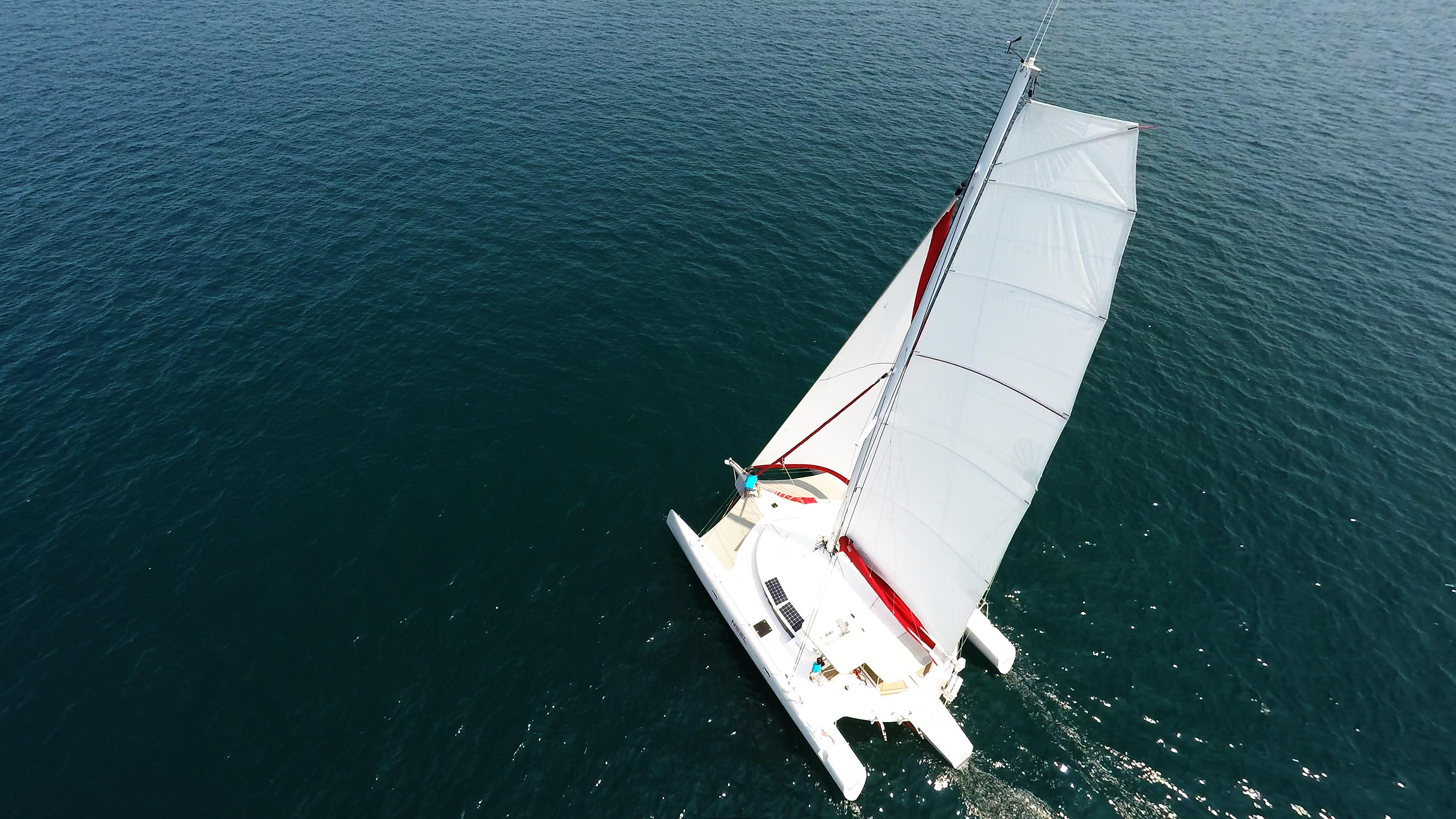 trimarano naviga a vela foto aerea di albero con appiattita randa