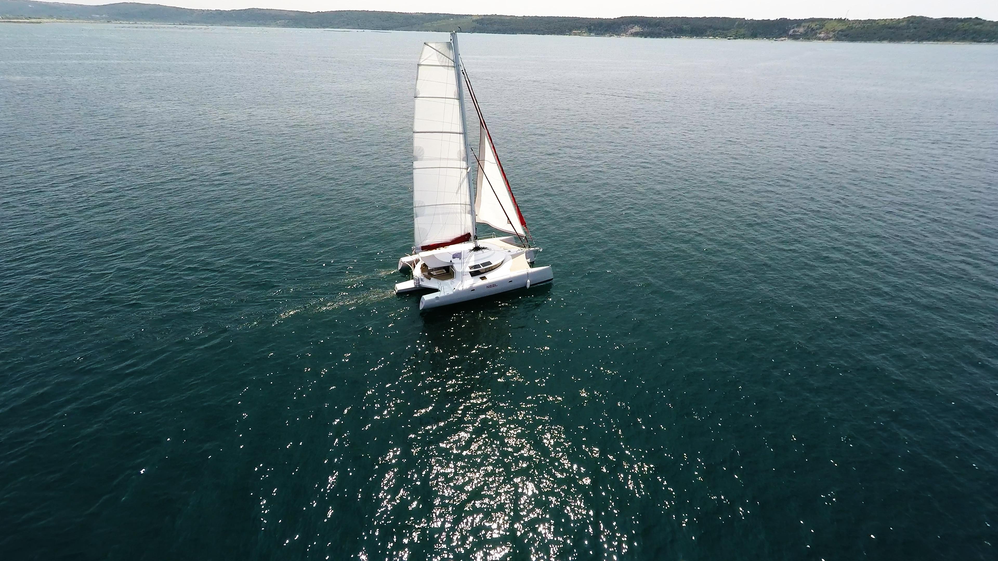 trimarano naviga a vela foto aerea