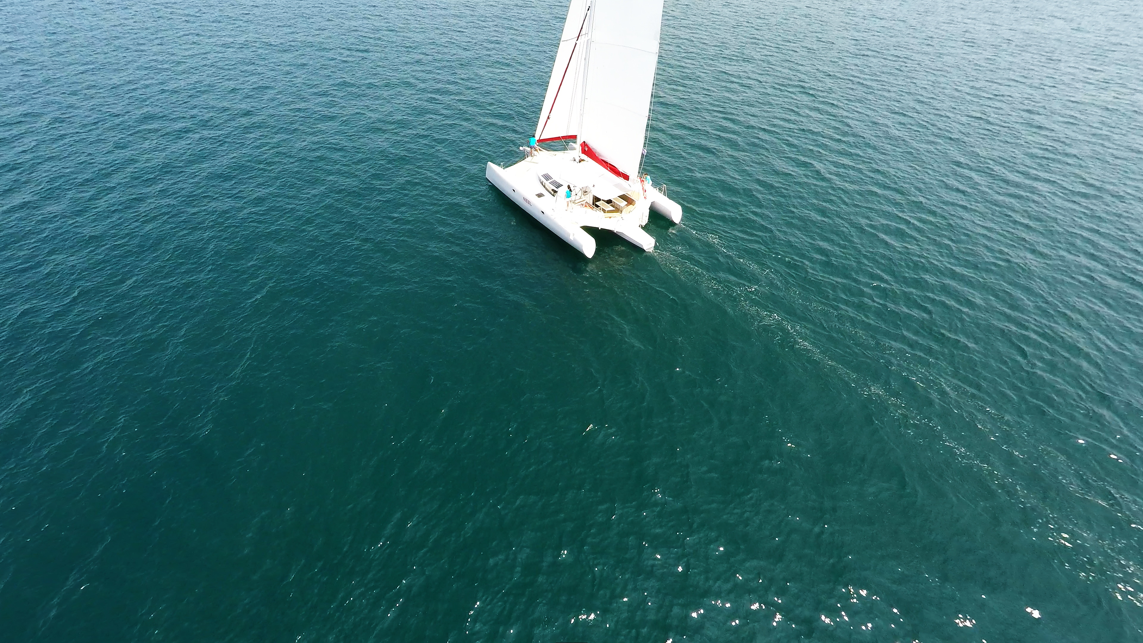 trimarano naviga a vela al mare 1