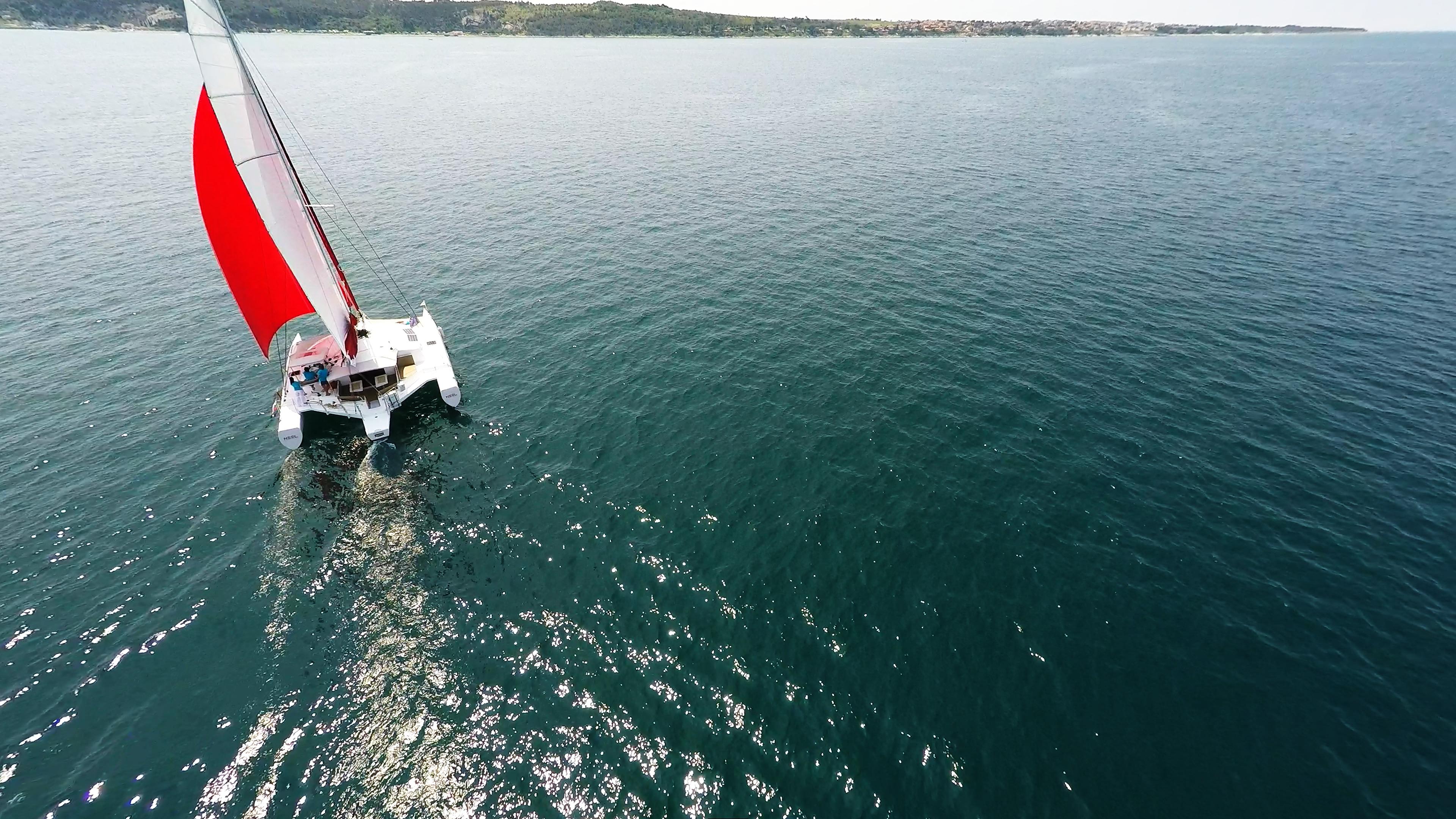 trimarano naviga a vela blu mare