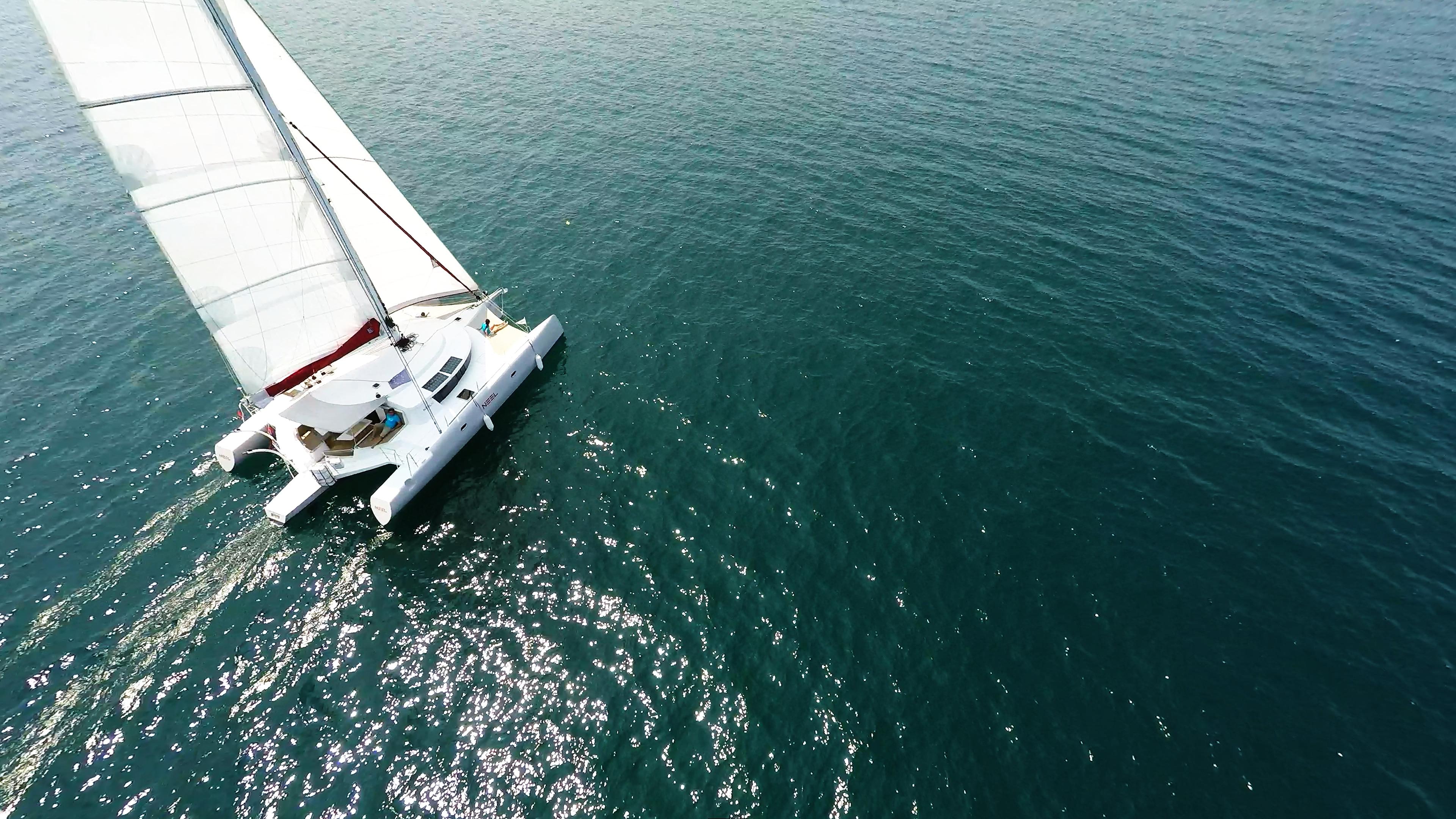 trimarano naviga a vela equipaggio sul coperta