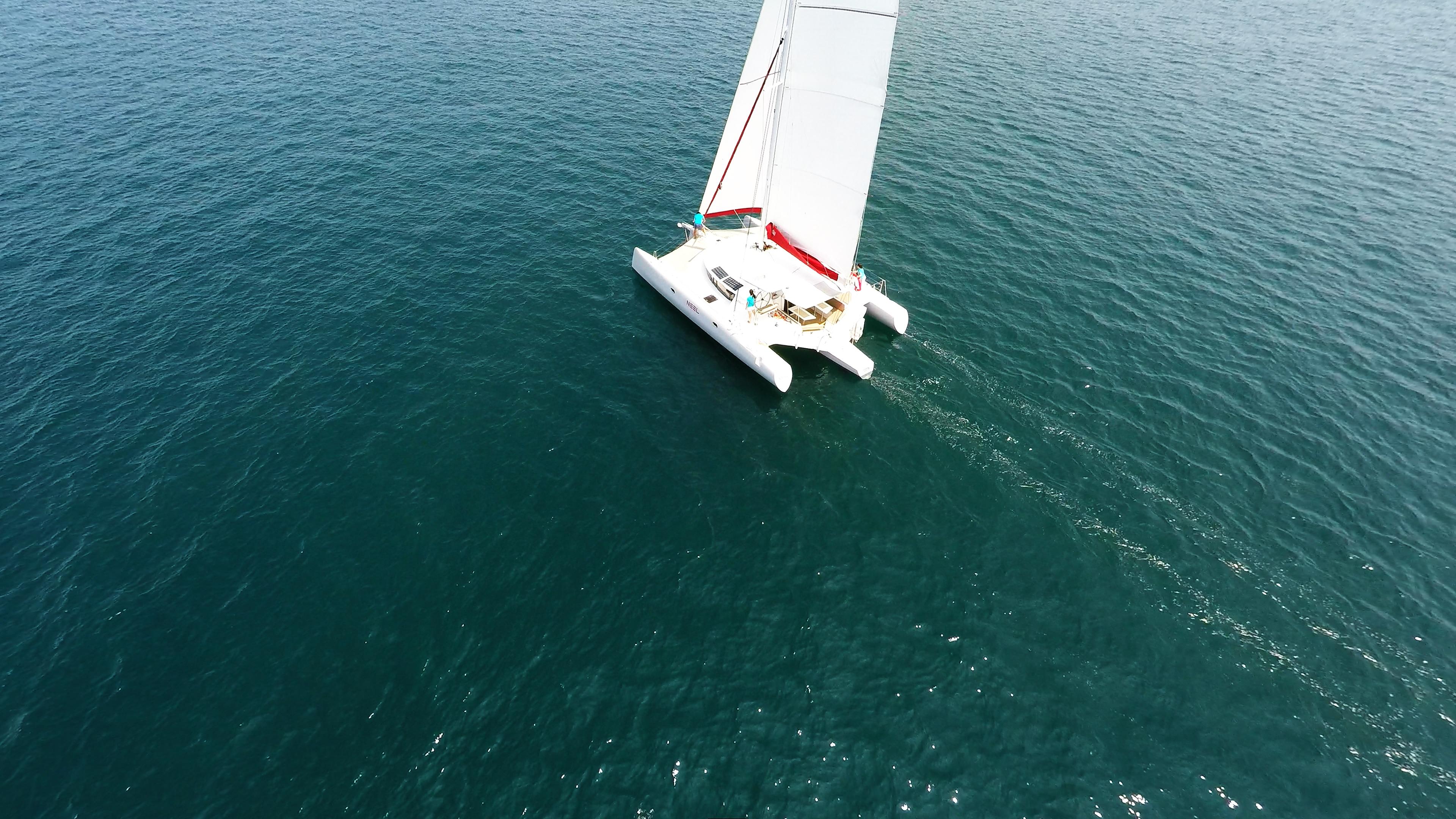 trimarano barca a vela al mare