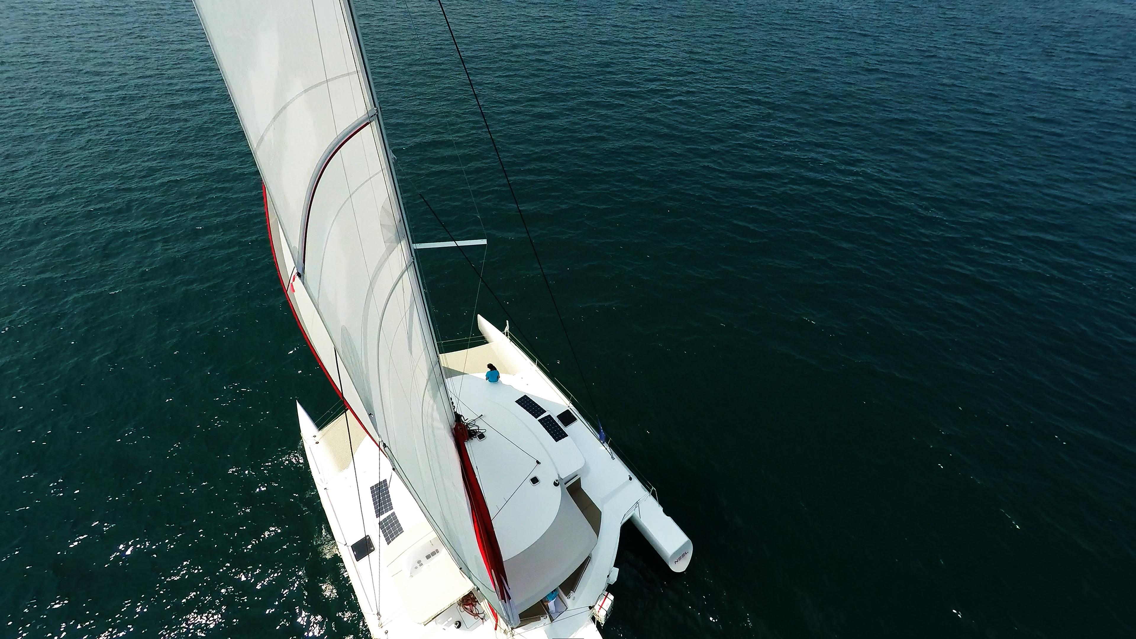 vista dalla albero sul trimarano a vela yacht