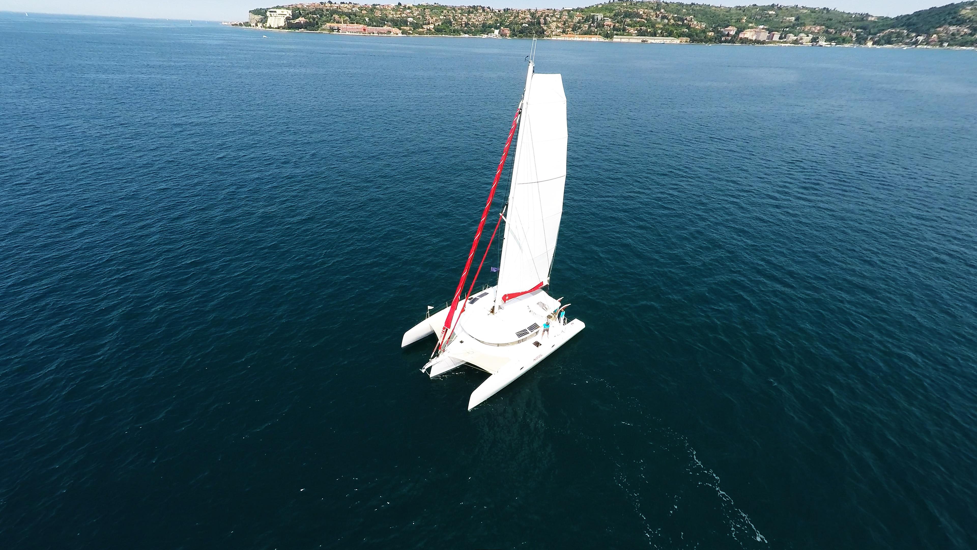 bianco trimarano yacht naviga a vela al blu mare 1