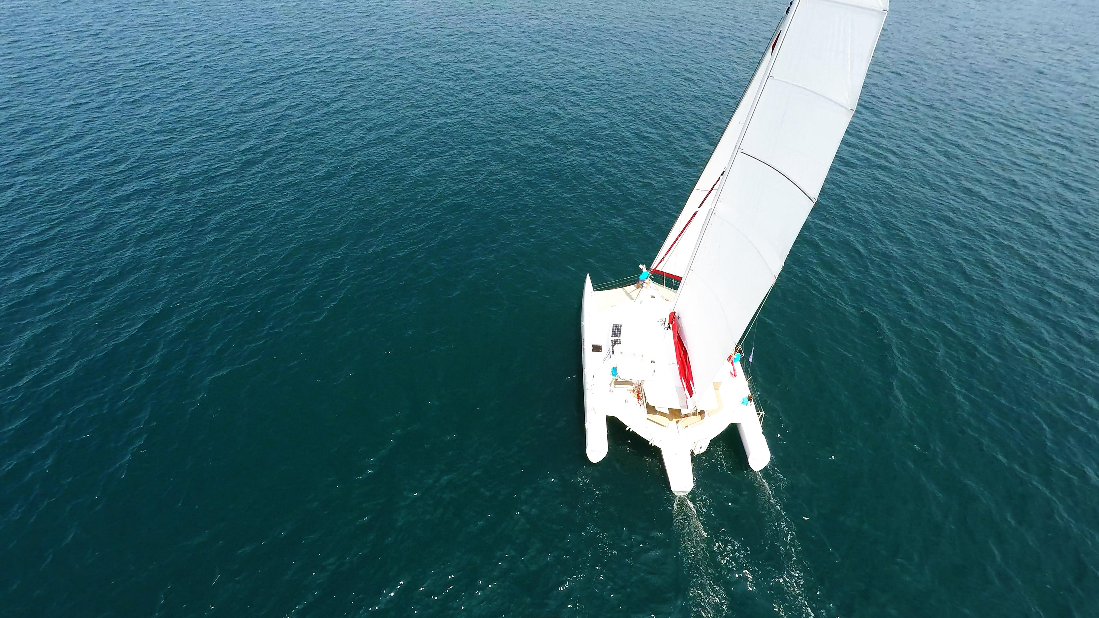 yachting multiscafo trimarano naviga a vela
