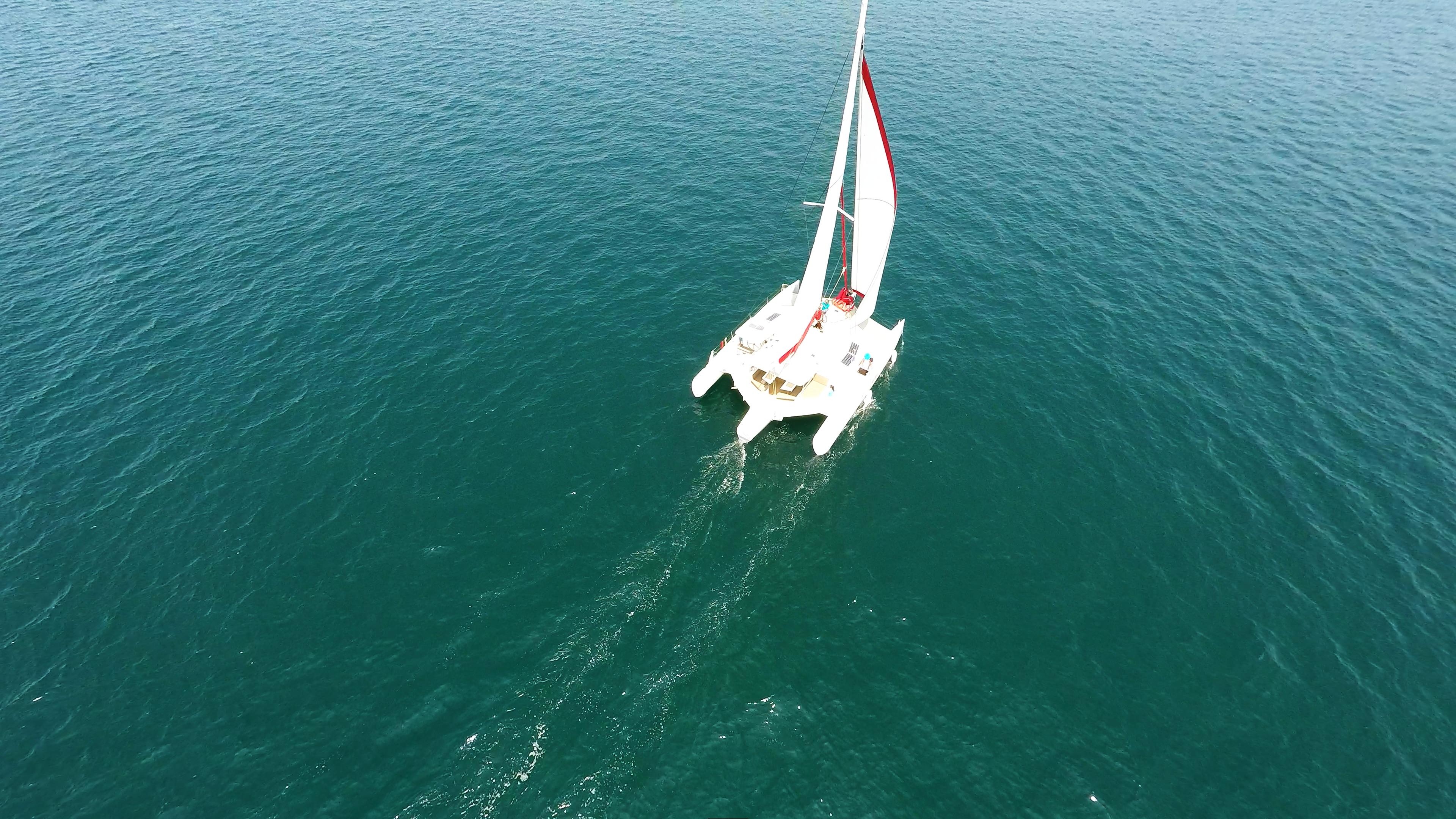 yachting trimarano multiscafo al mare