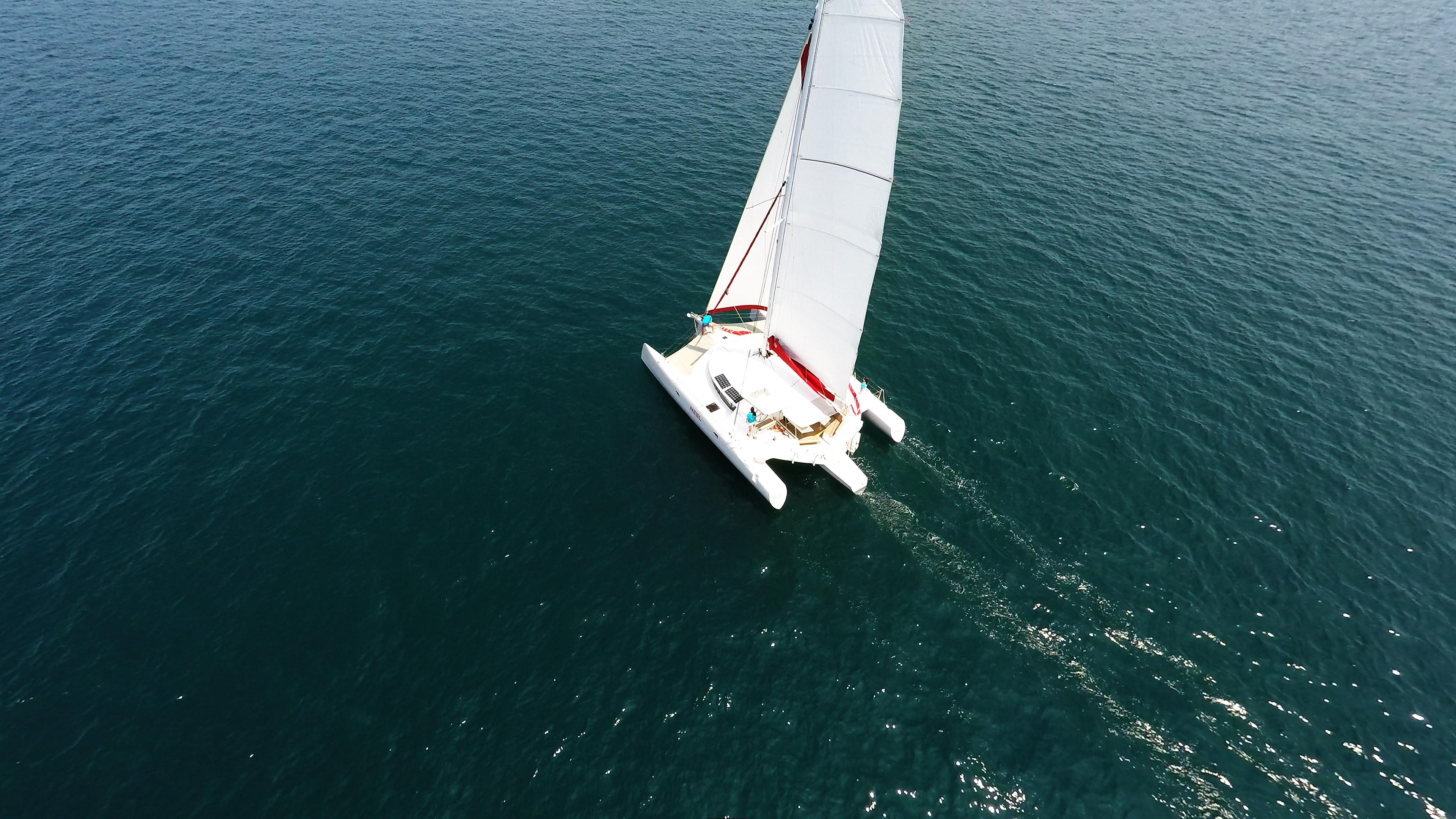 yachting trimarano naviga a vela