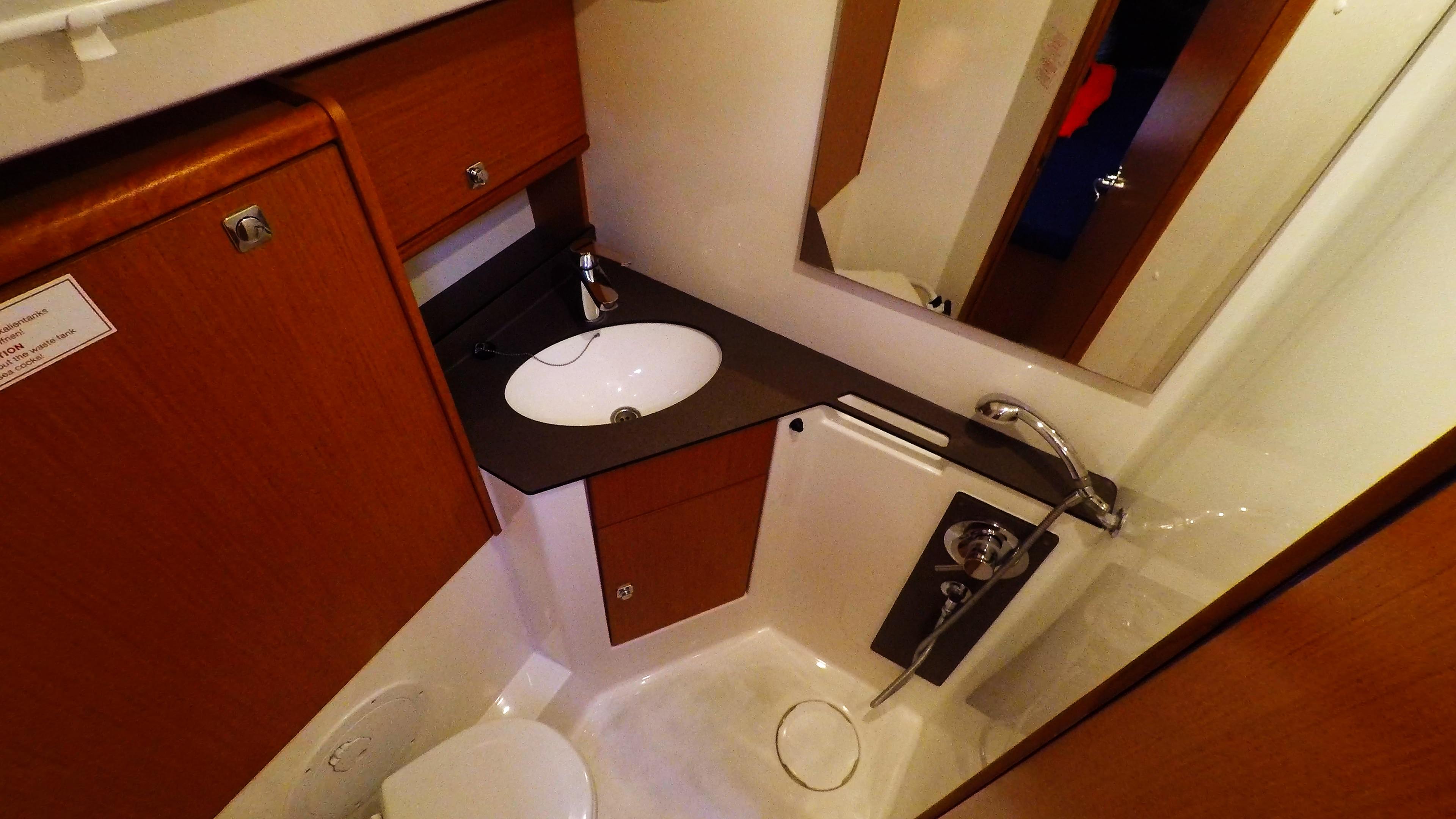 barcha a vela bavaria 46 cruiser yacht a vela interno bagno di poppa sinistra gabinetto doccia