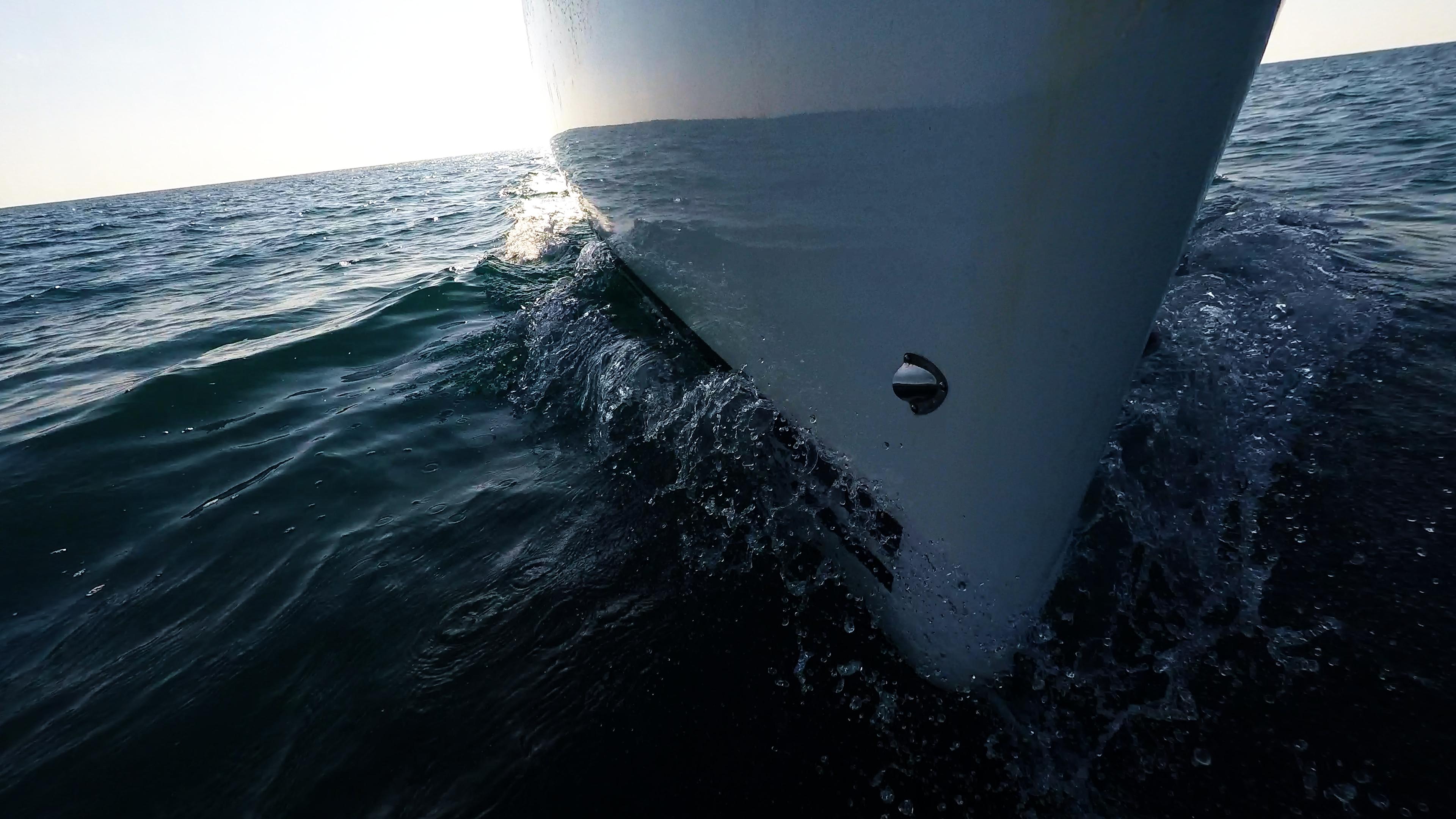 barcha a vela bavaria 46 prua di yacht a vela linea di galleggiamento onda superficie del mare