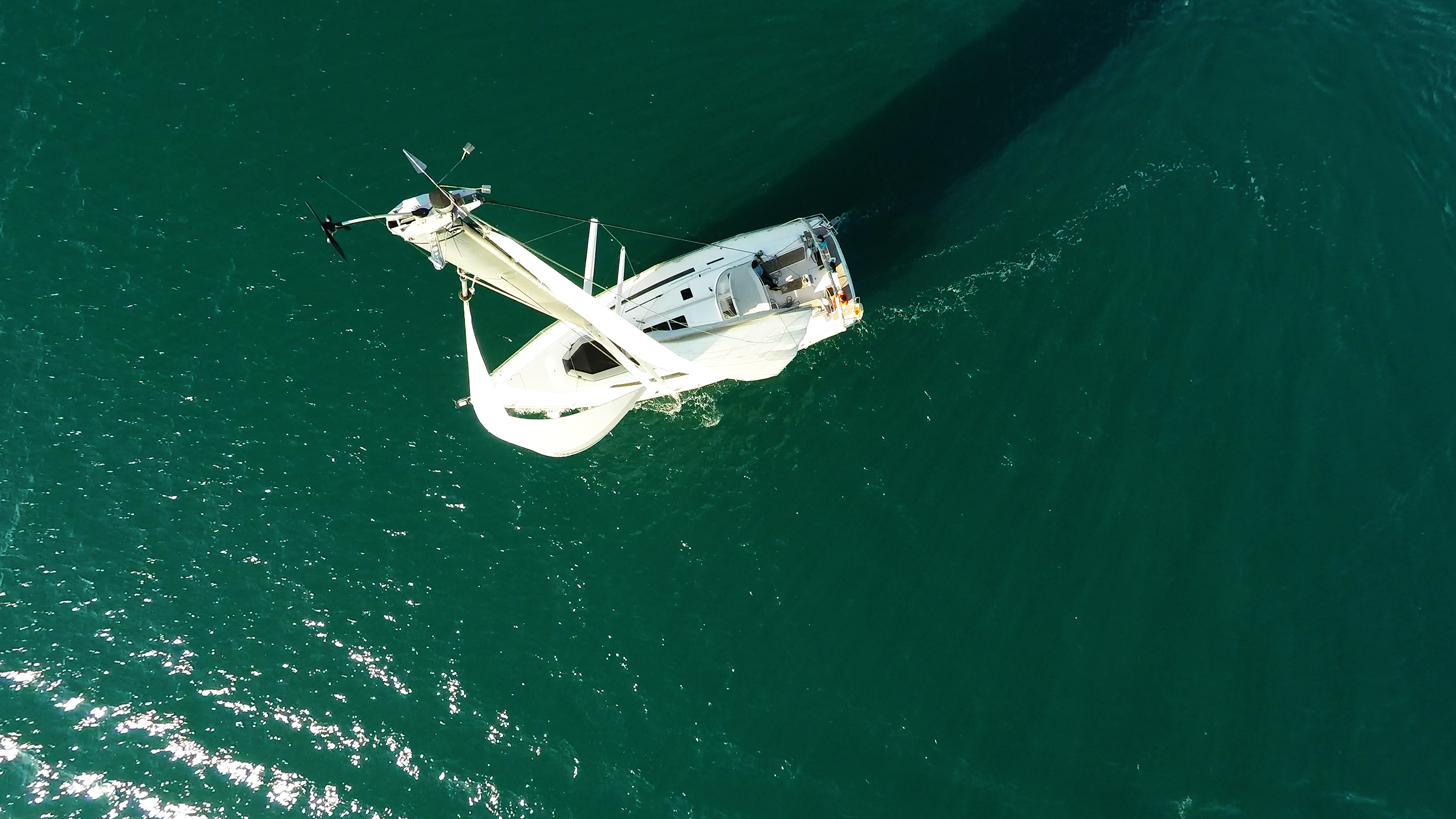 barcha a vela pozzetto dal cielo yacht a vela vela barca albero