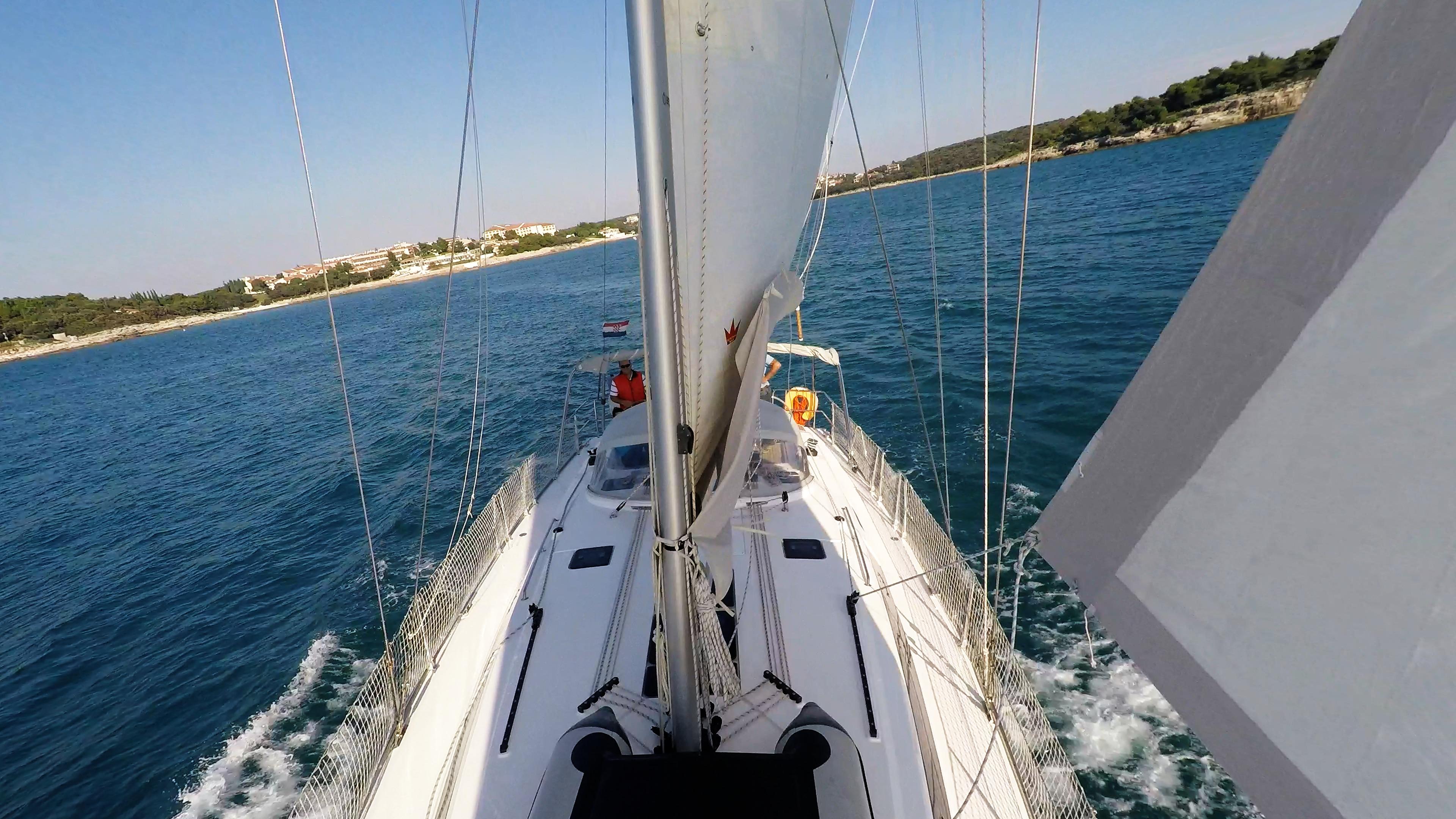 barcha a vela prua della barca a vela albero genova vele ponte skipper timone ruota yacht a vela