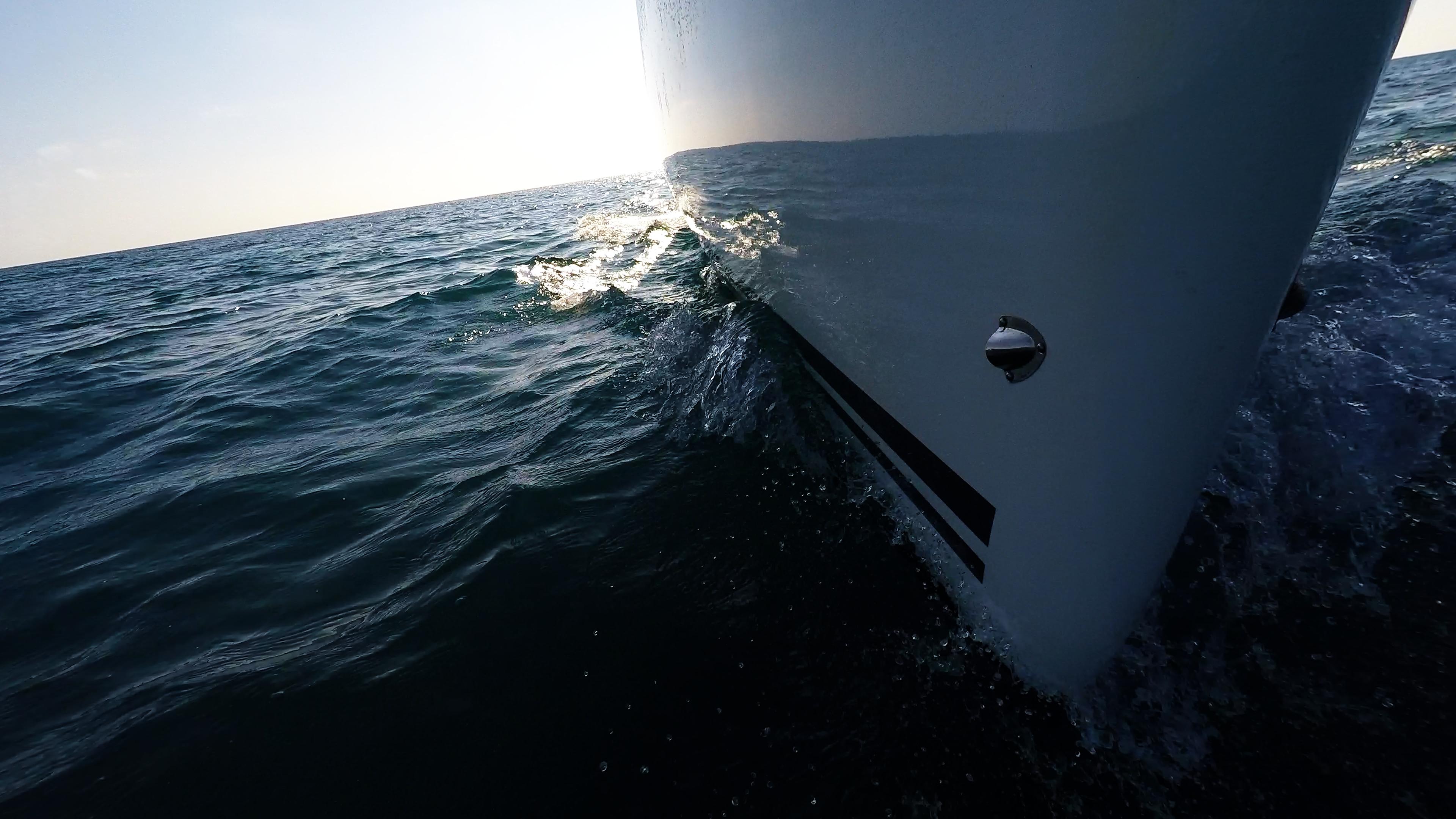 barcha a vela prua della barca a vela yacht barca linea di galleggiamento mare onda