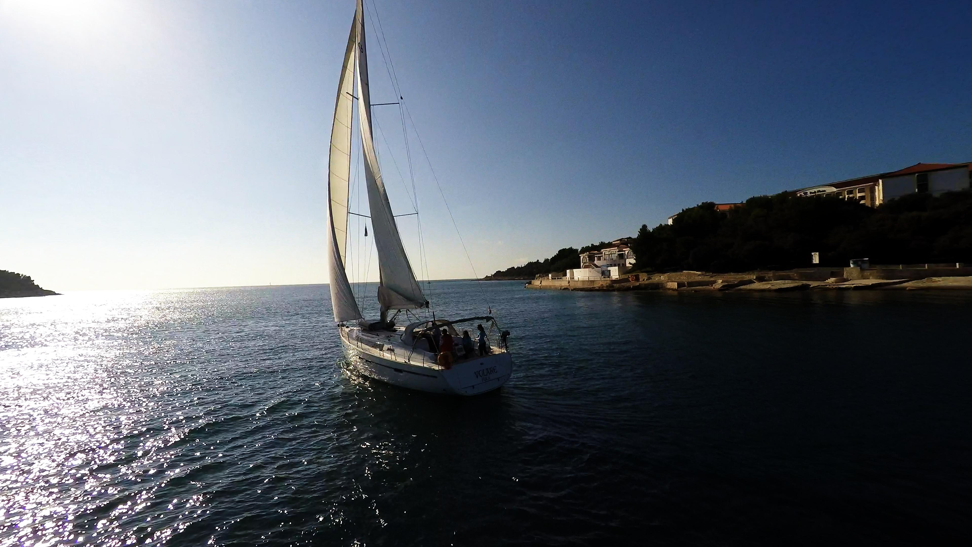 barcha a vela barca a vela che esce dalla baia isola Croazia