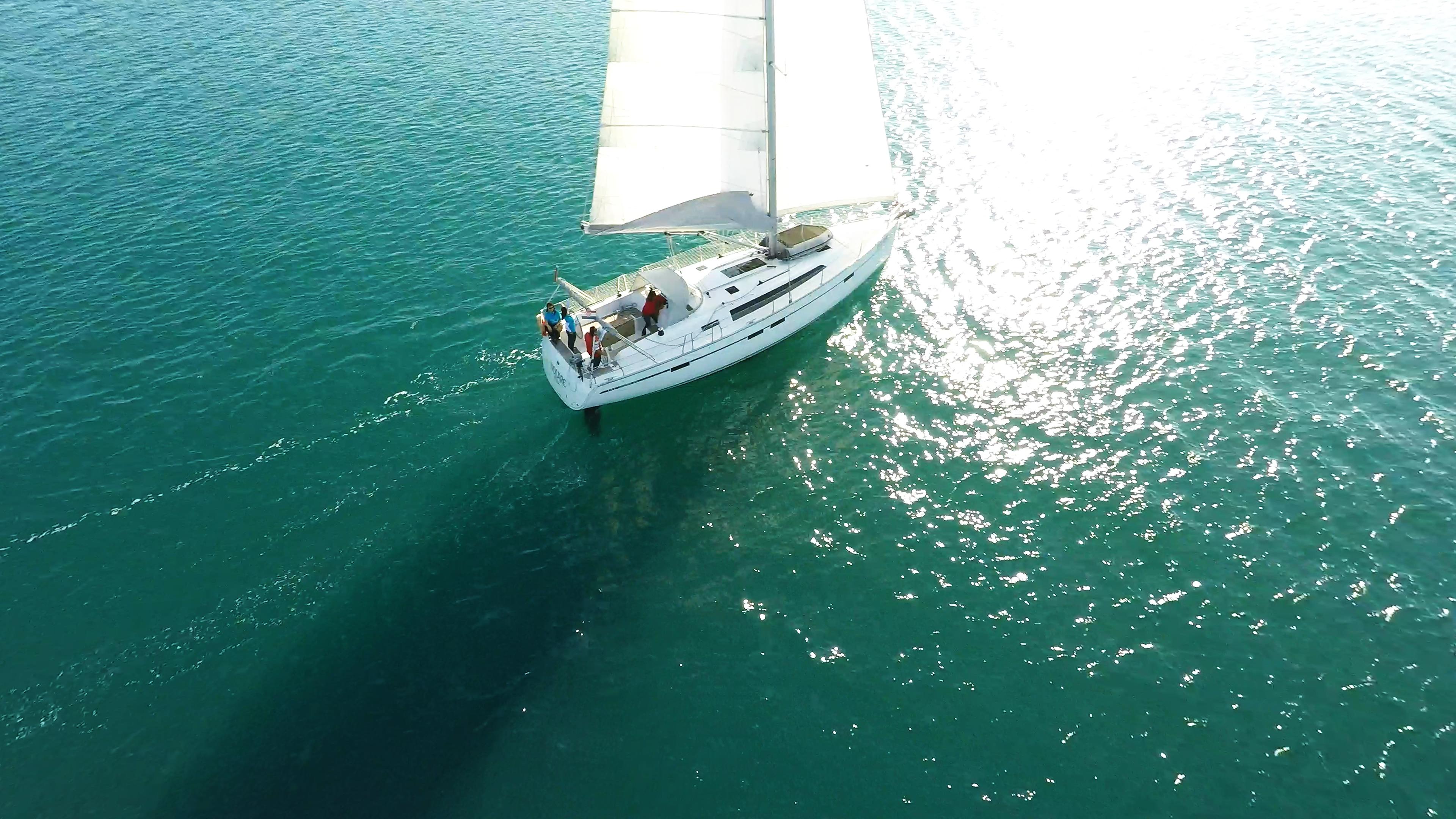 barcha a vela barca a vela navigando nel riflesso del sole sul mare
