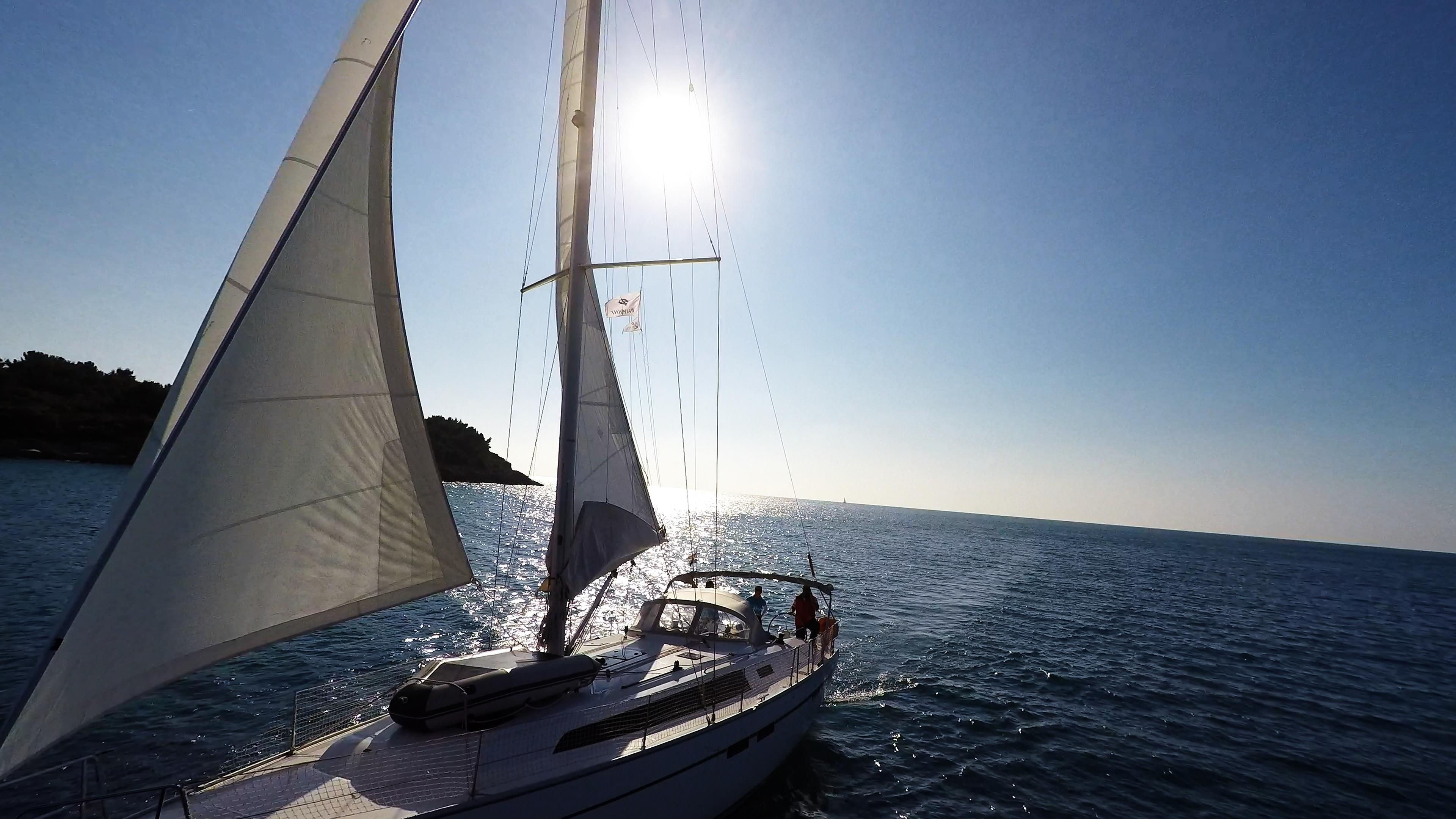 barcha a vela barca a vela venendo dal mare aperto sole yacht