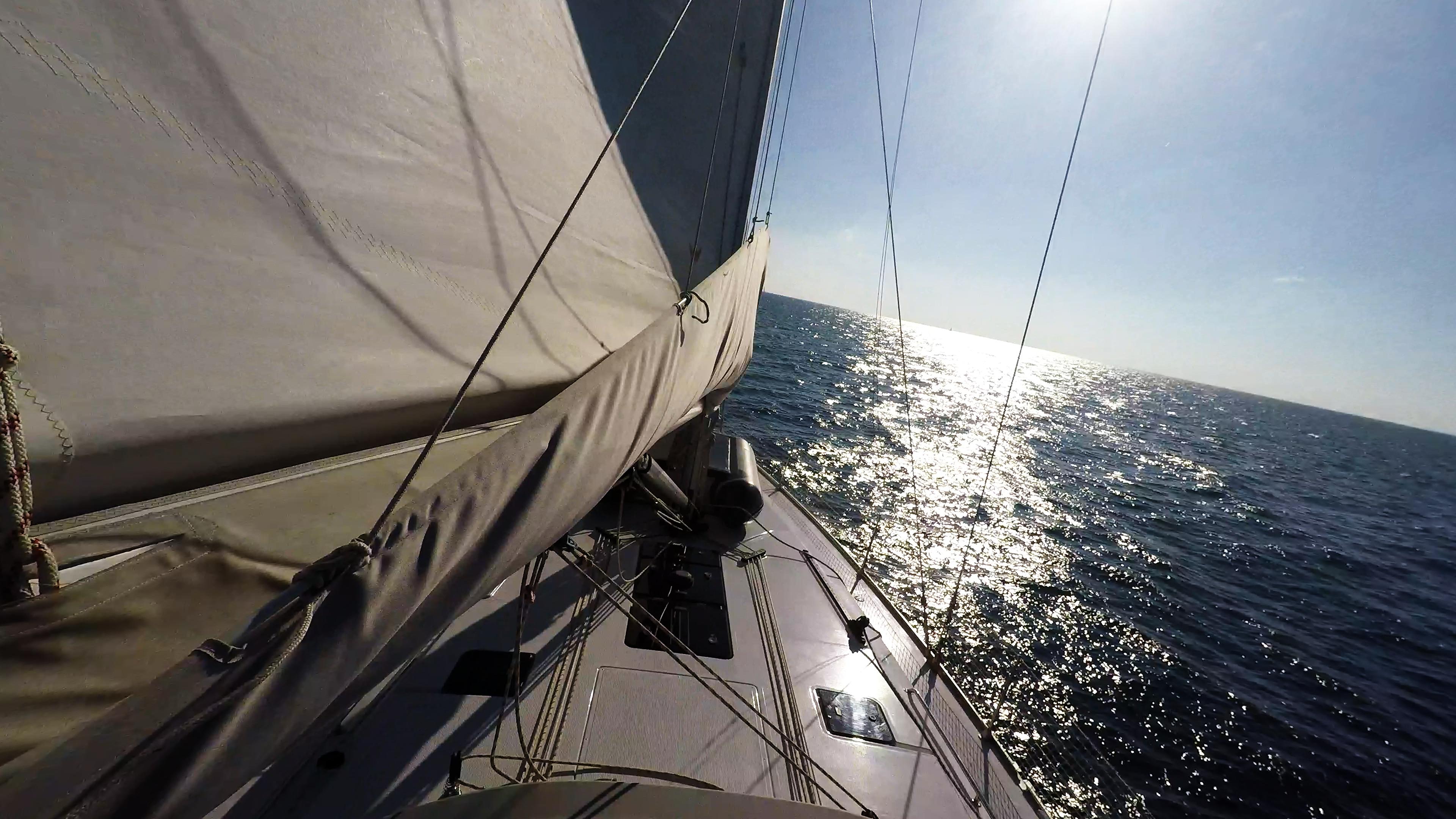 barcha a vela navigando verso orizzonte prua della barca a vela albero vela
