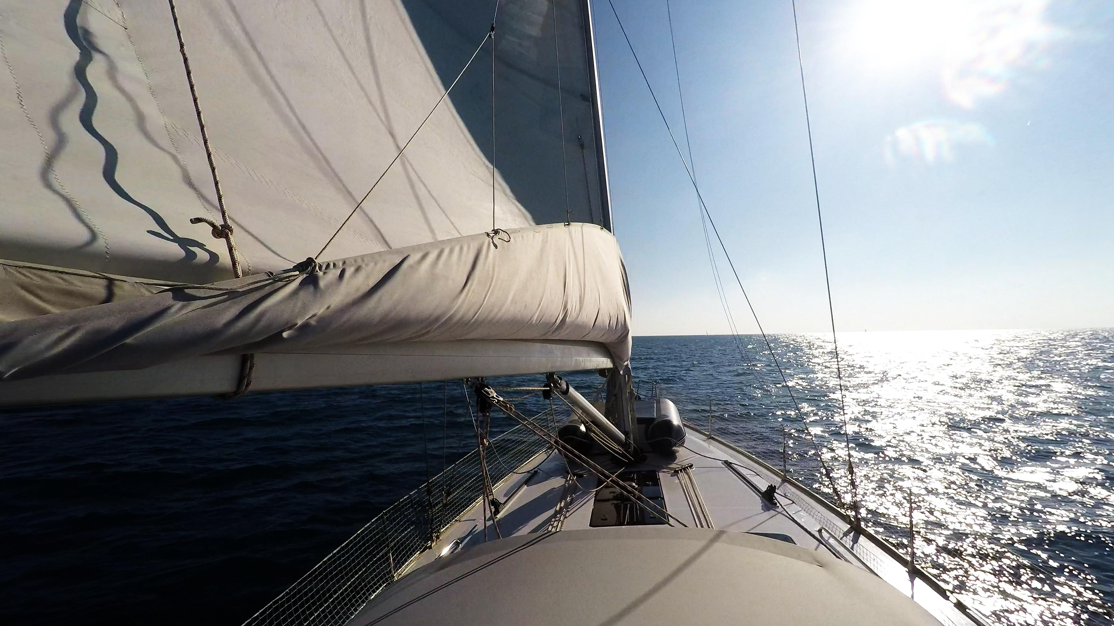 barcha a vela navigando verso orizzonte sole barca a vela yacht boma randa