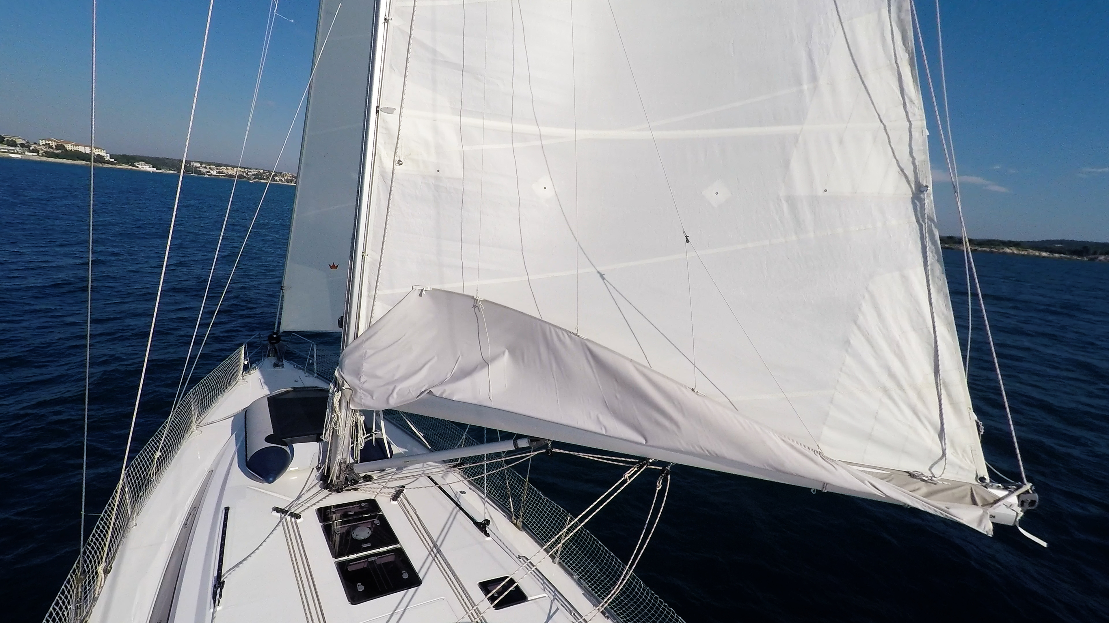 barcha a vela yacht a vela albero vele randa gommone sul ponte