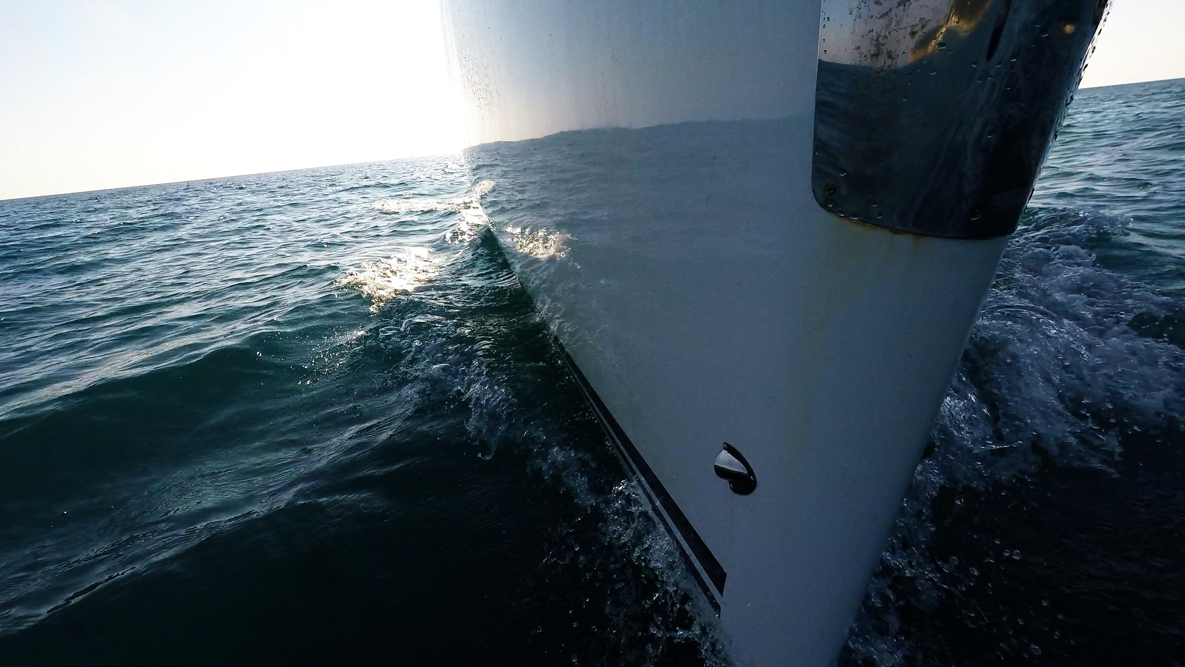 barcha a vela yacht a vela bavaria 46 prua linea di galleggiamento onda superficie del mare