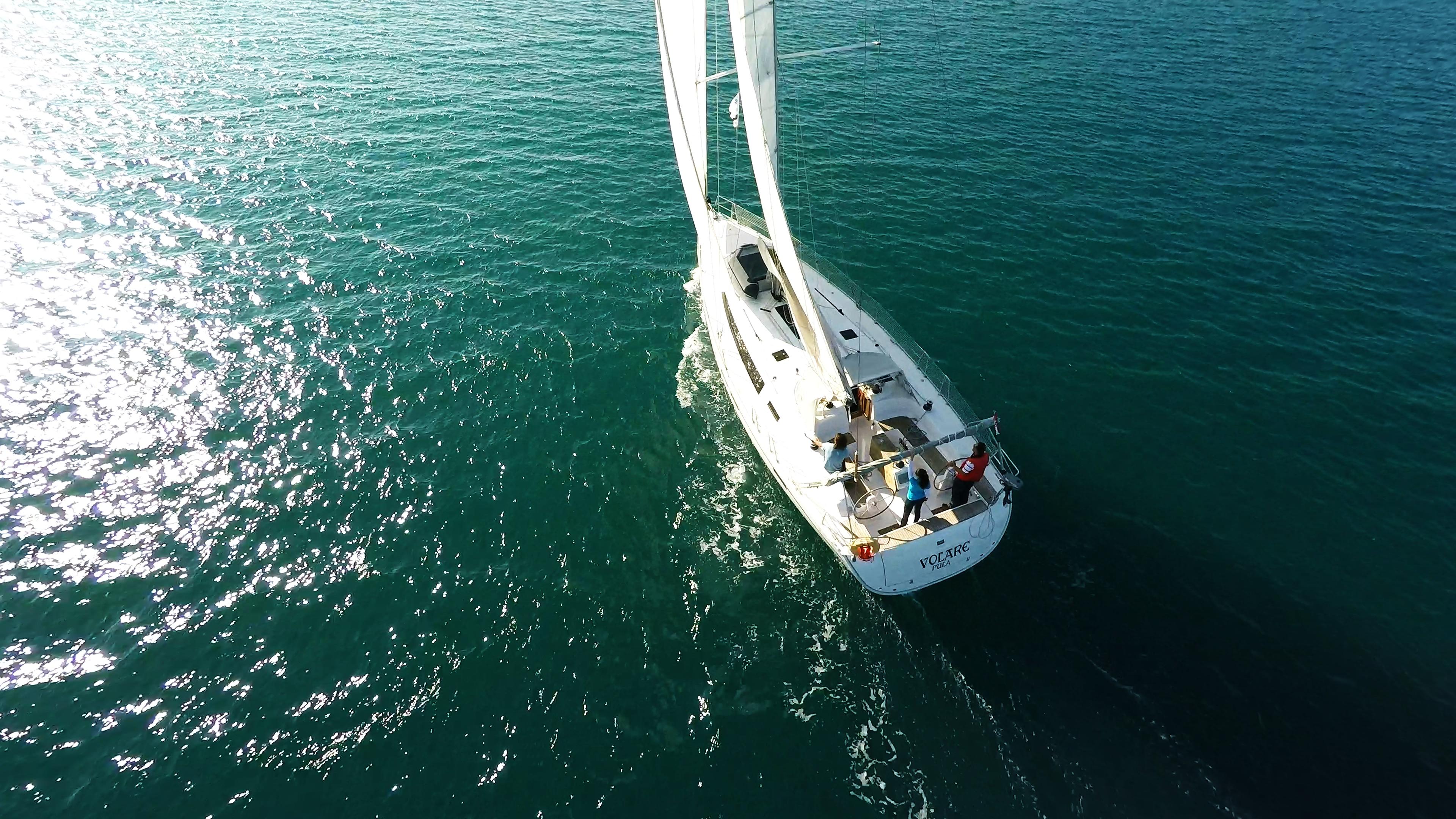 barcha a vela yacht a vela bavaria 46 riflesso del sole vela mare