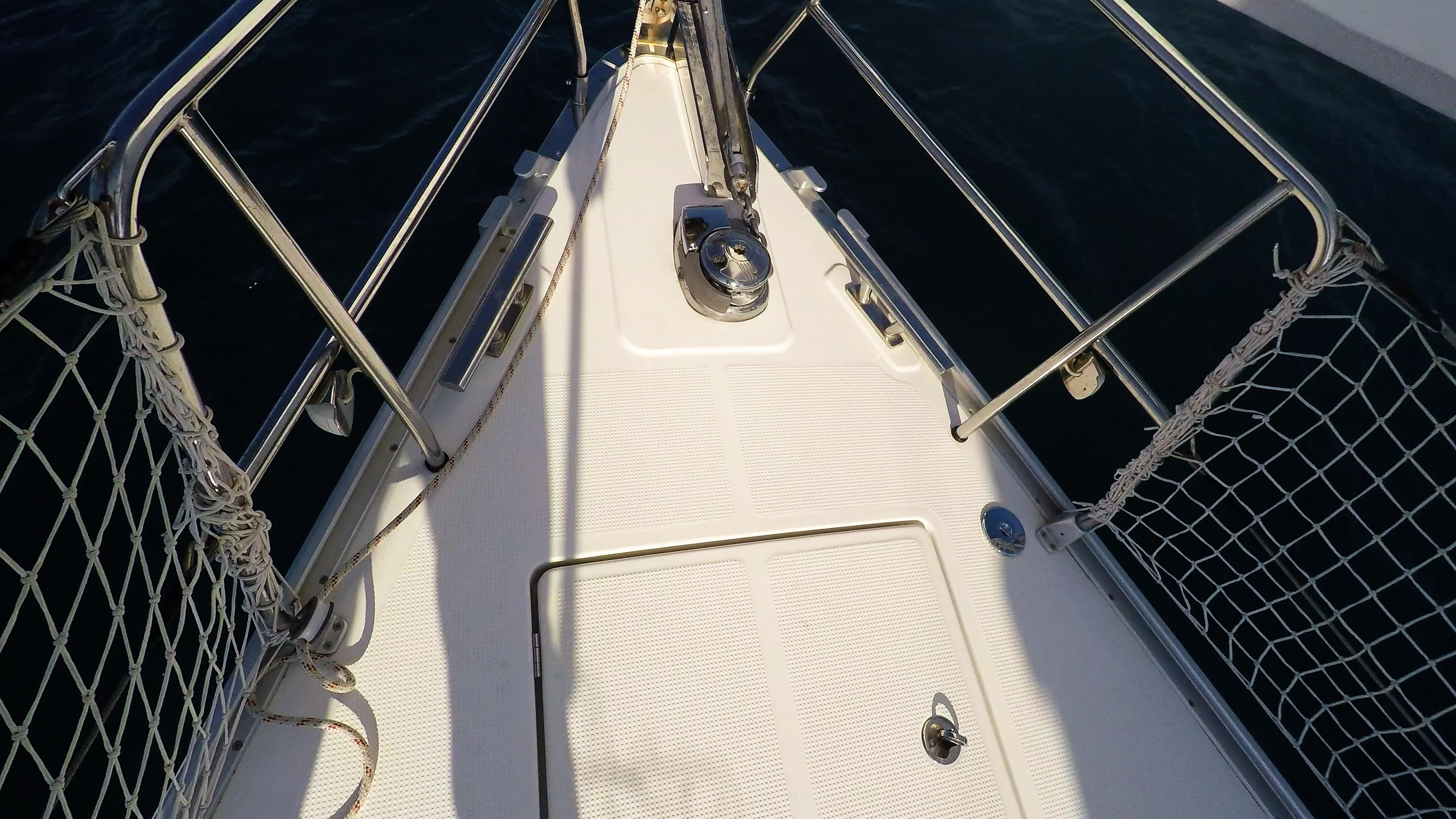 barcha a vela prua di yacht a vela rete di sicurezza salpancora elettrico ancora genova avvolgibile vela