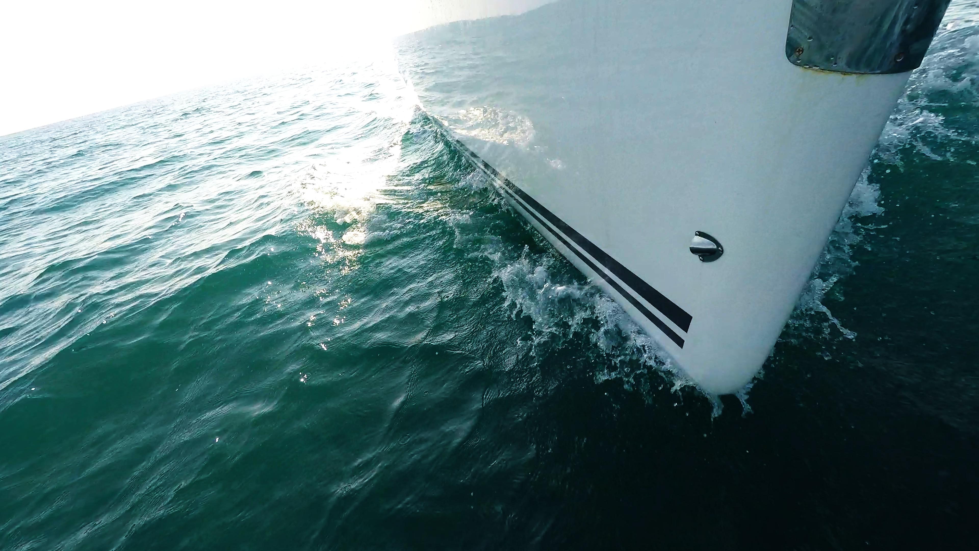 barcha a vela prua di yacht a vela linea di galleggiamento mare onda