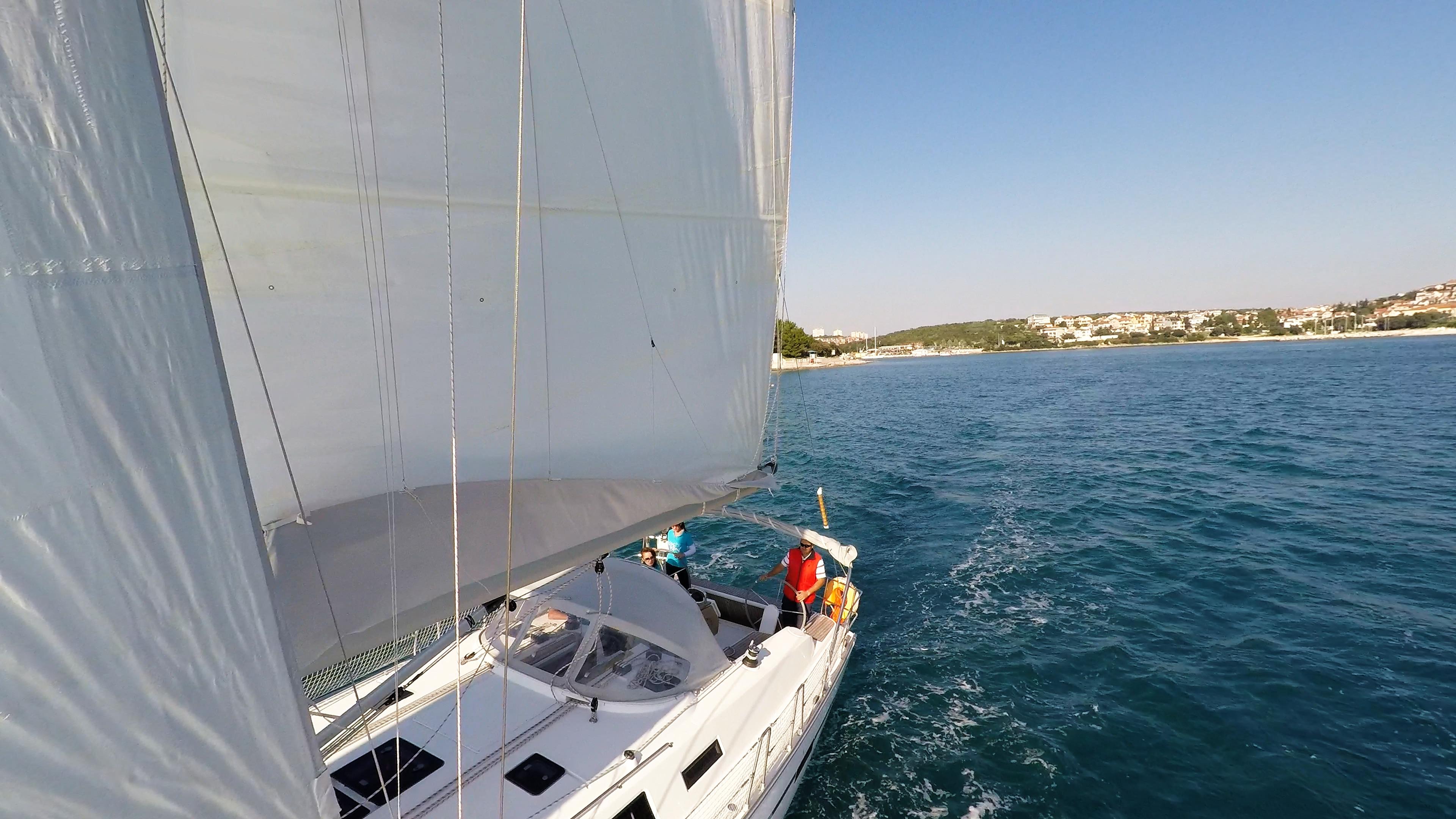 barcha a vela yacht a vela pozzetto skipper timone ruota