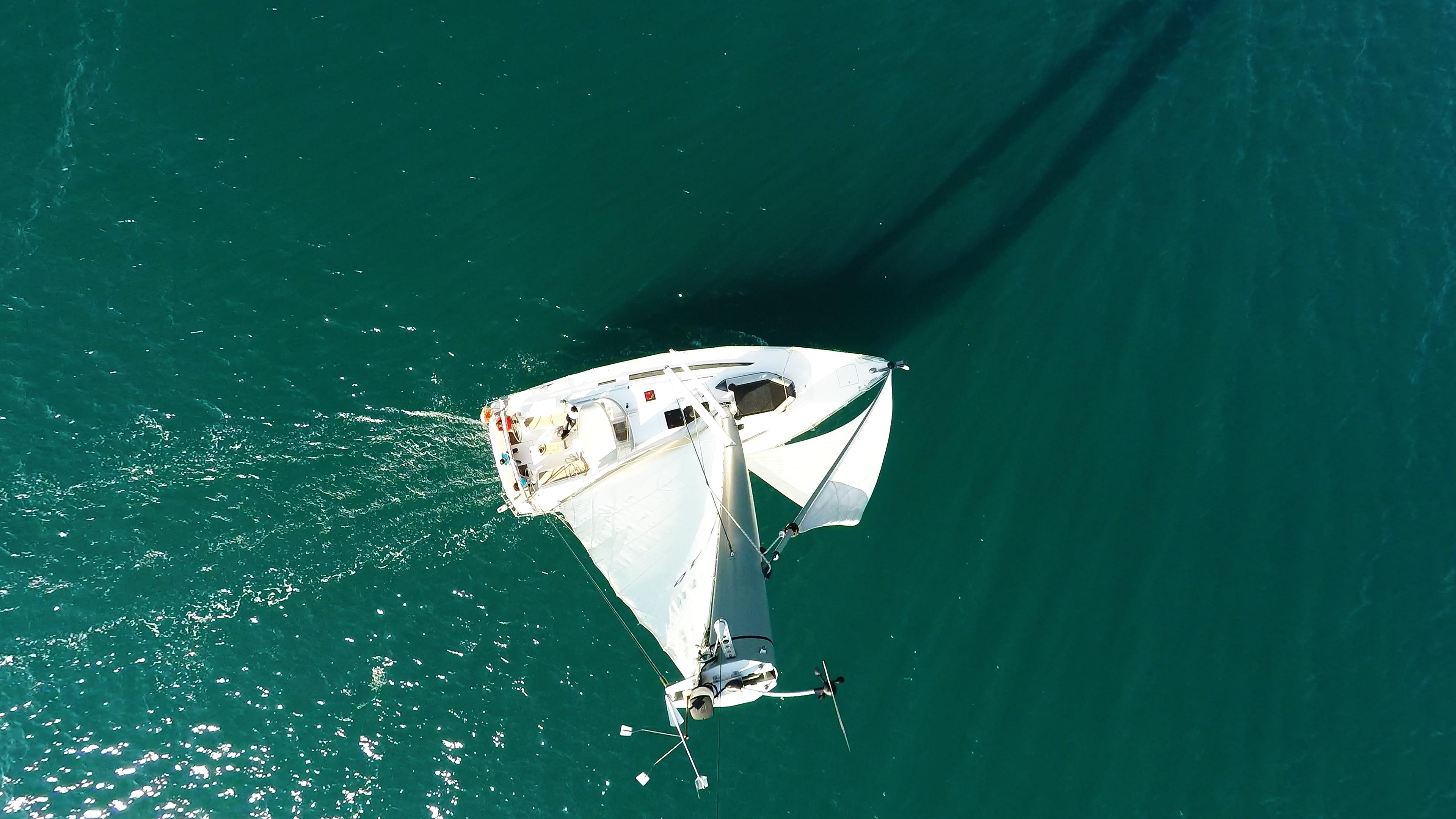 barcha a vela yacht a vela dall'aria veleggiare al mare