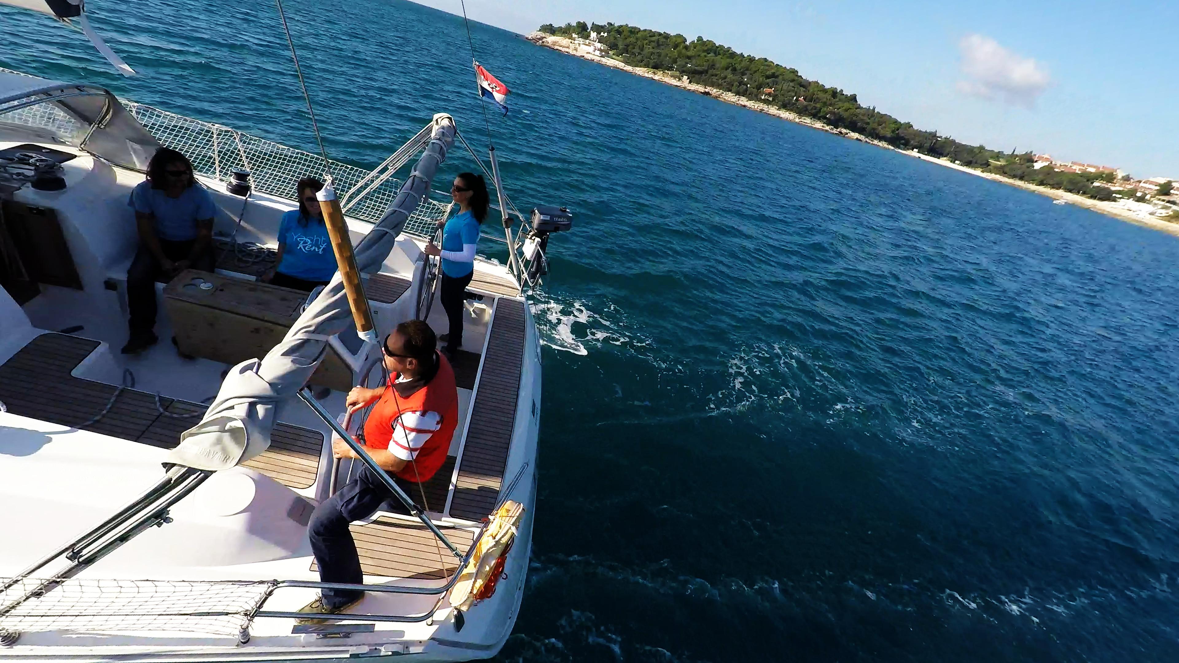 barcha a vela yacht a vela squadra equipaggio pozzetto skipper timoni ruota teak