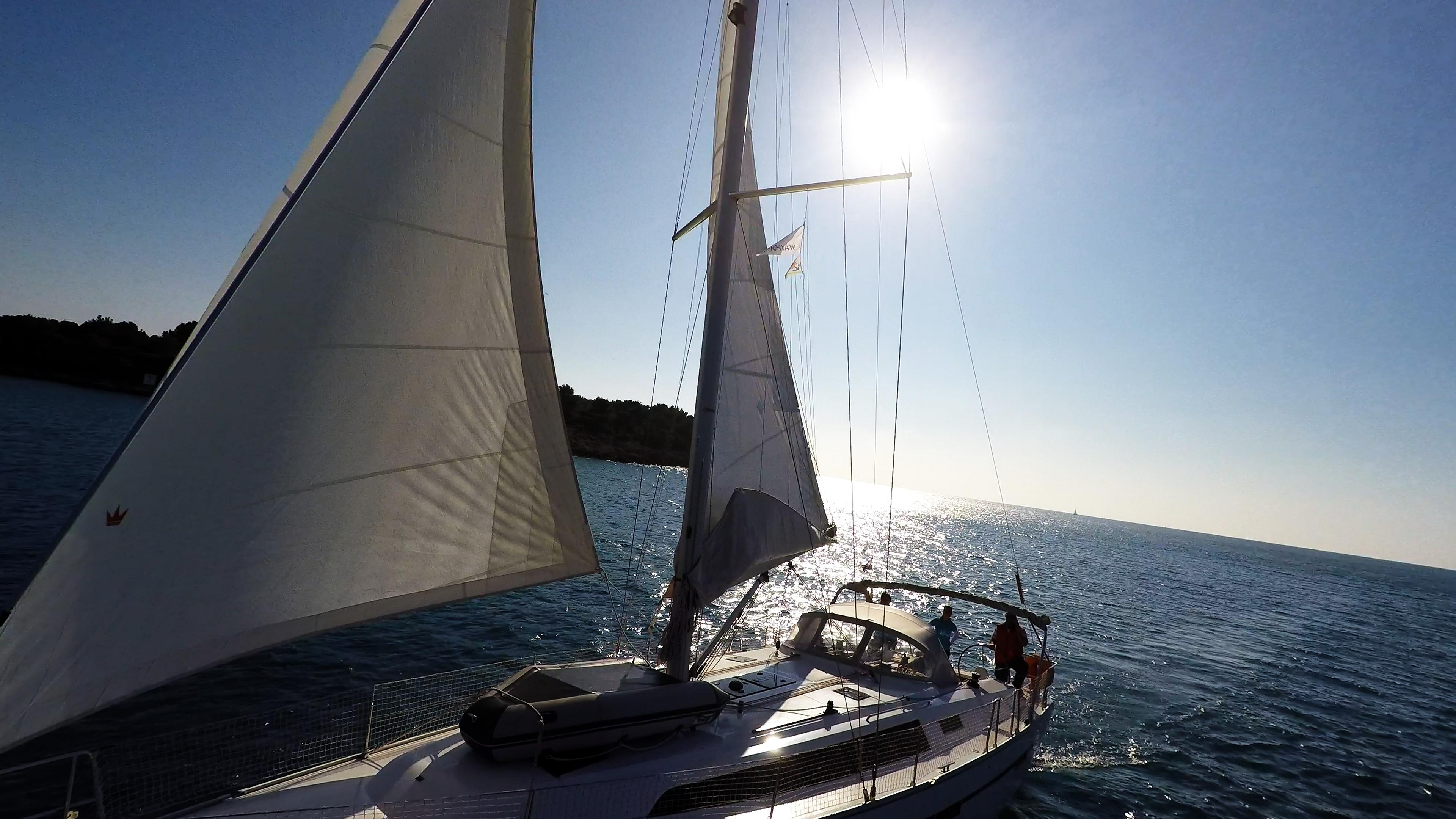 barcha a vela sole attraverso le vele della barca a vela mare