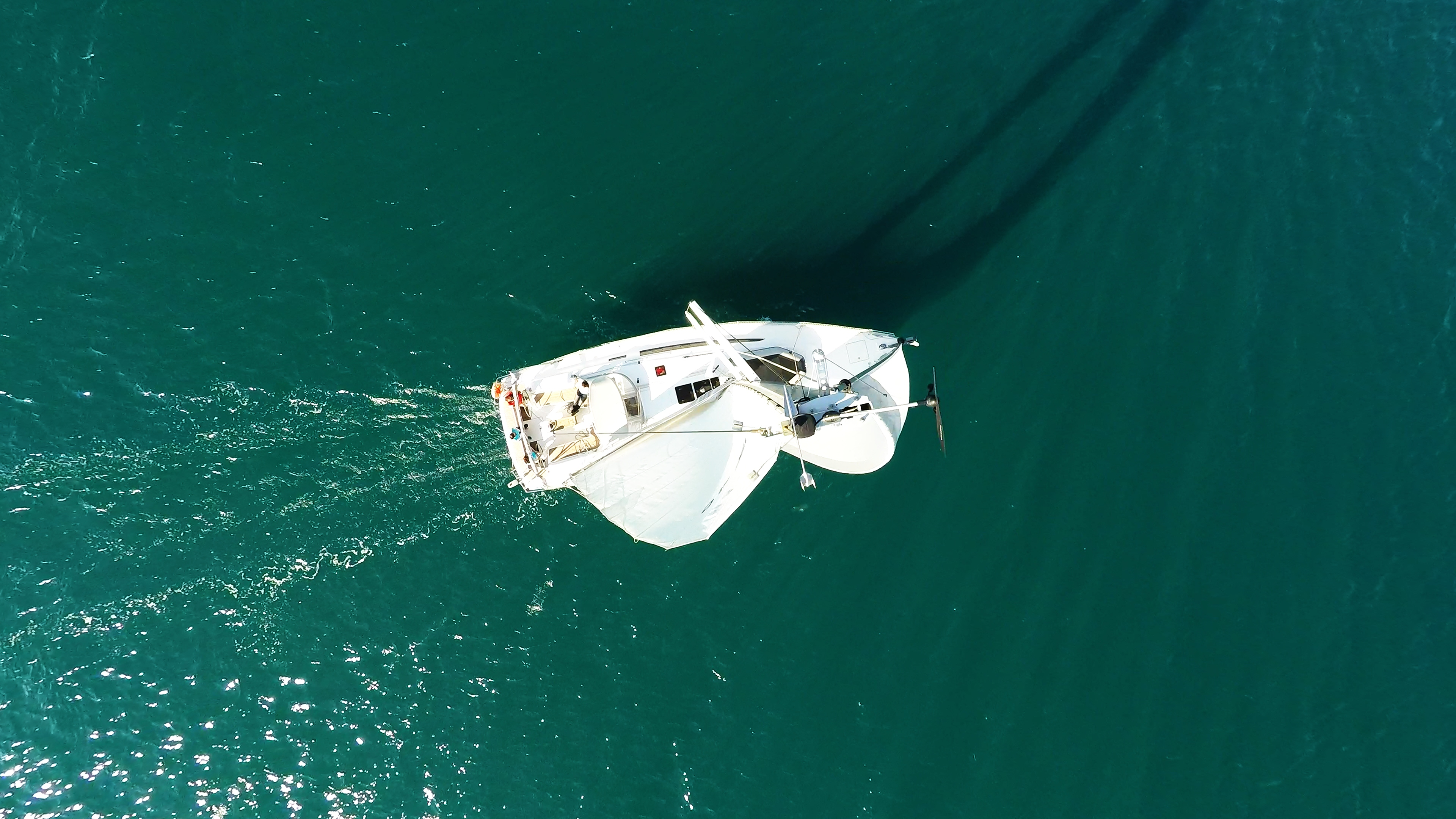 barcha a vela cima dell'alberodi barca a vela yacht a vela