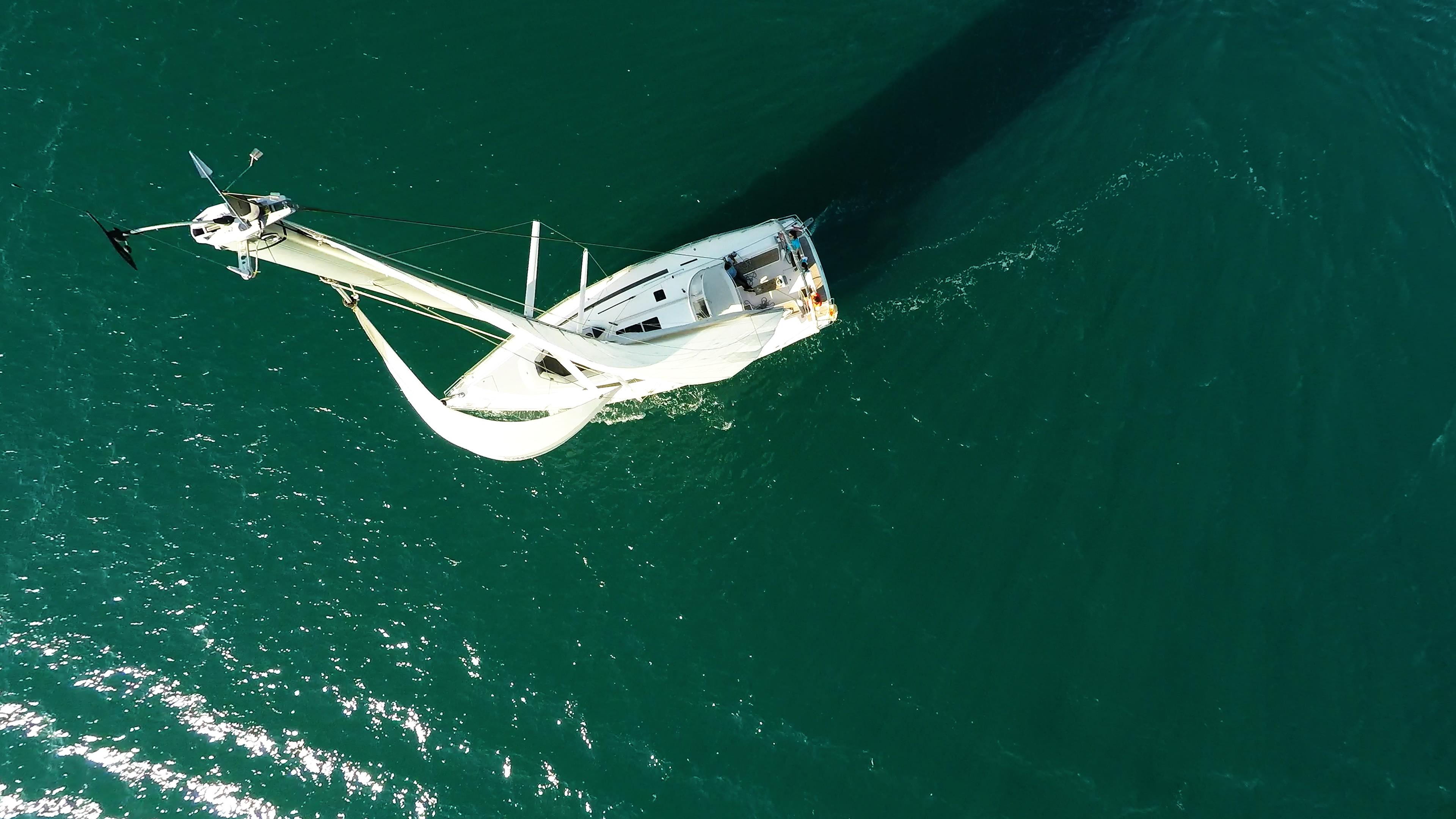 barcha a vela cima dell'albero vela barca ponte pozzetto yacht a vela