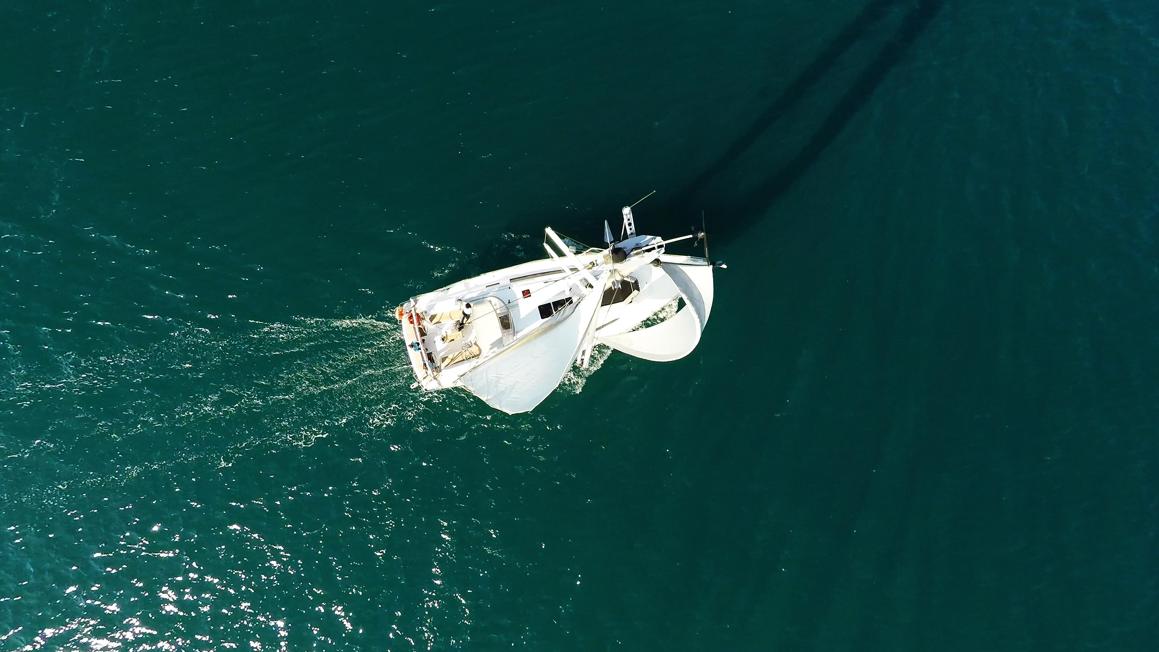 barcha a vela cima dell'albero barca a vela sotto le vele yacht a vela