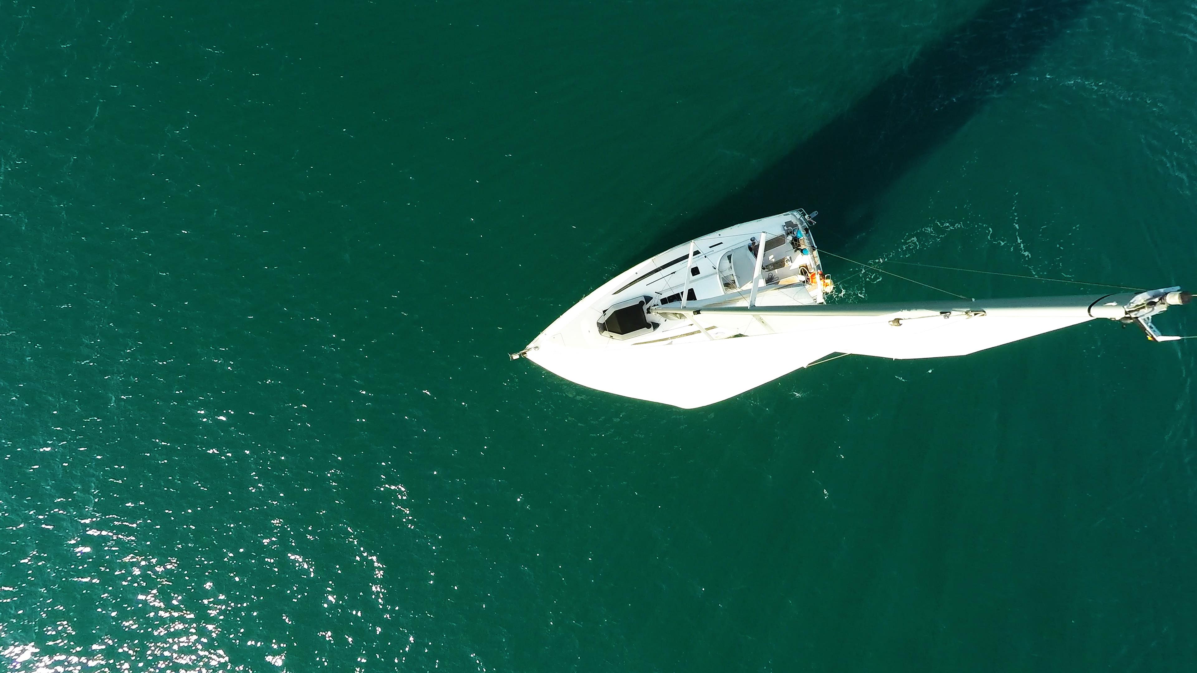 barcha a vela cima dell'albero coperta per yacht a vela da sopra