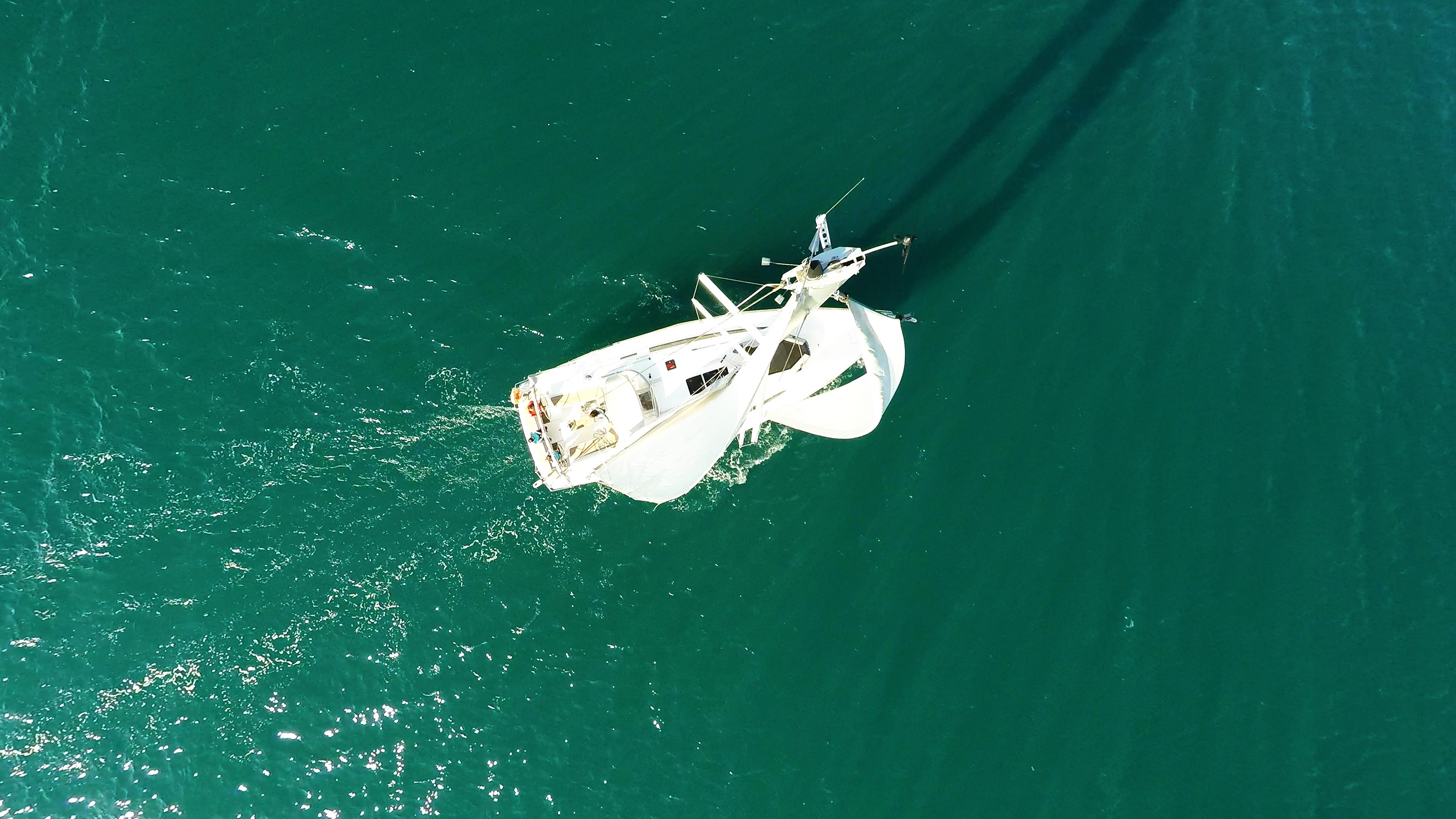 barcha a vela cima dell'albero yacht a vela vele della barca a vela