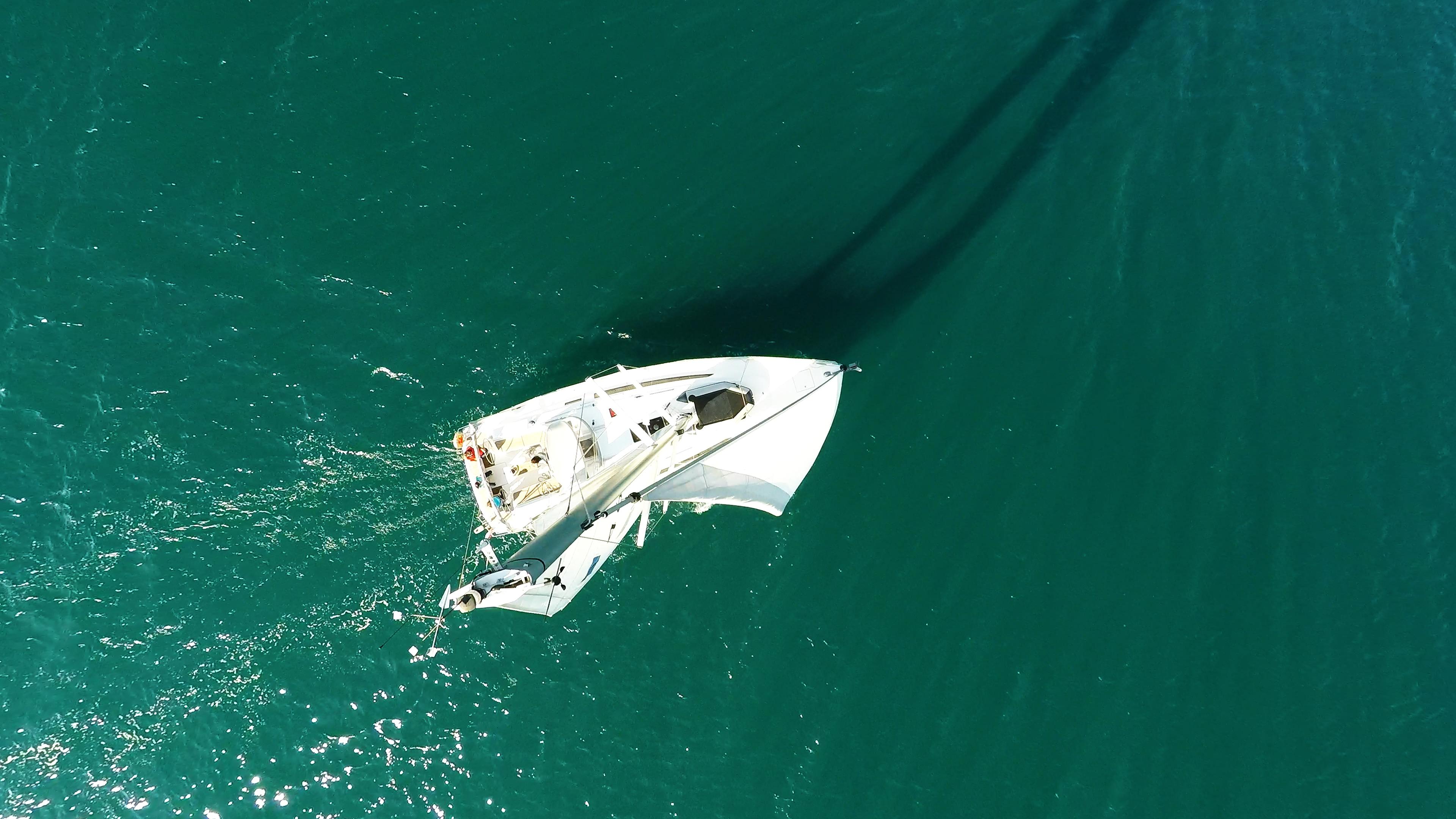 barcha a vela cima dell'albero yacht a vela mare vele