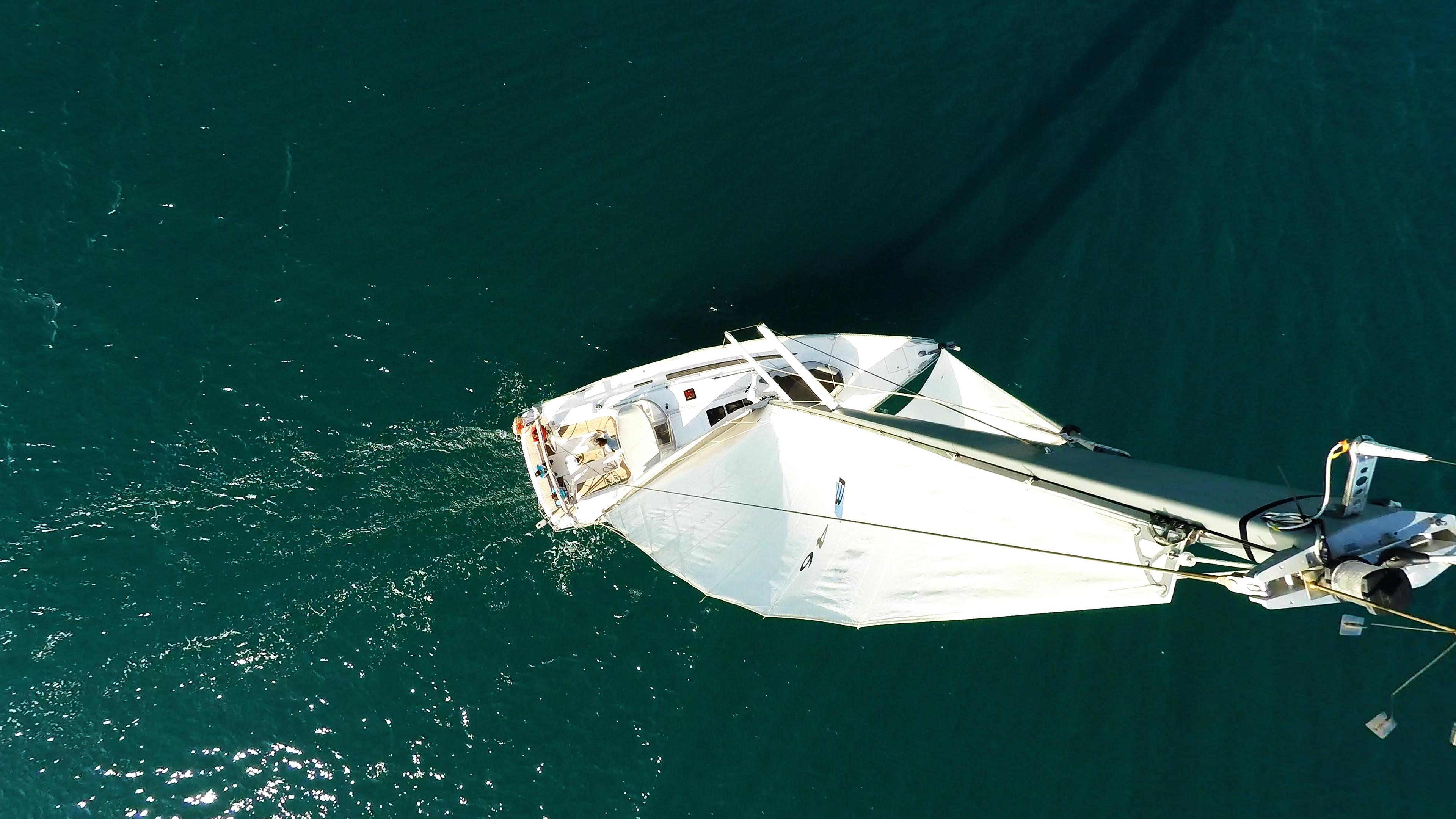 barcha a vela cima dell'albero vele yacht a vela bavaria 46