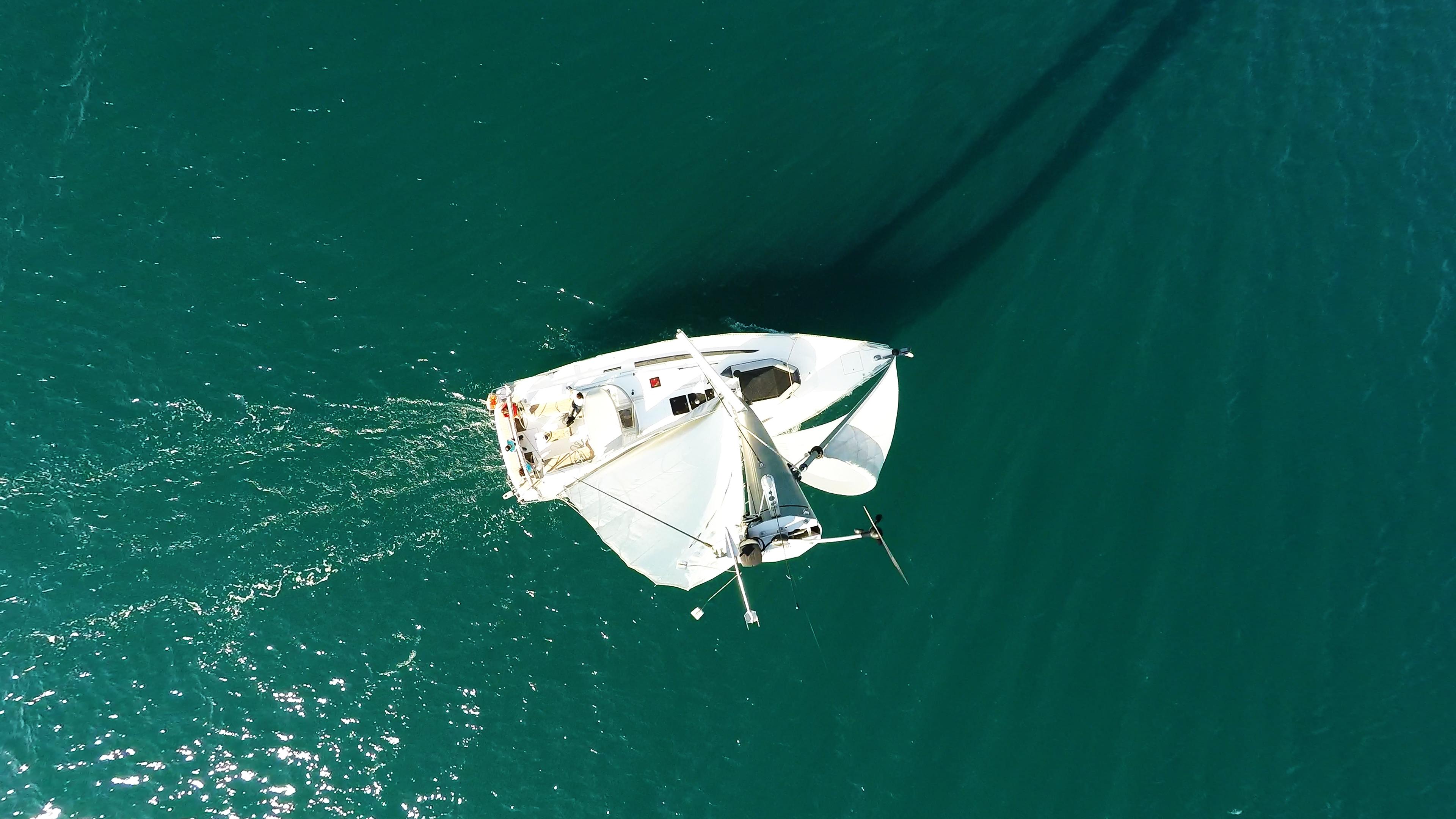 barcha a vela indicatore del vento cima dell'albero vele di yacht a vela