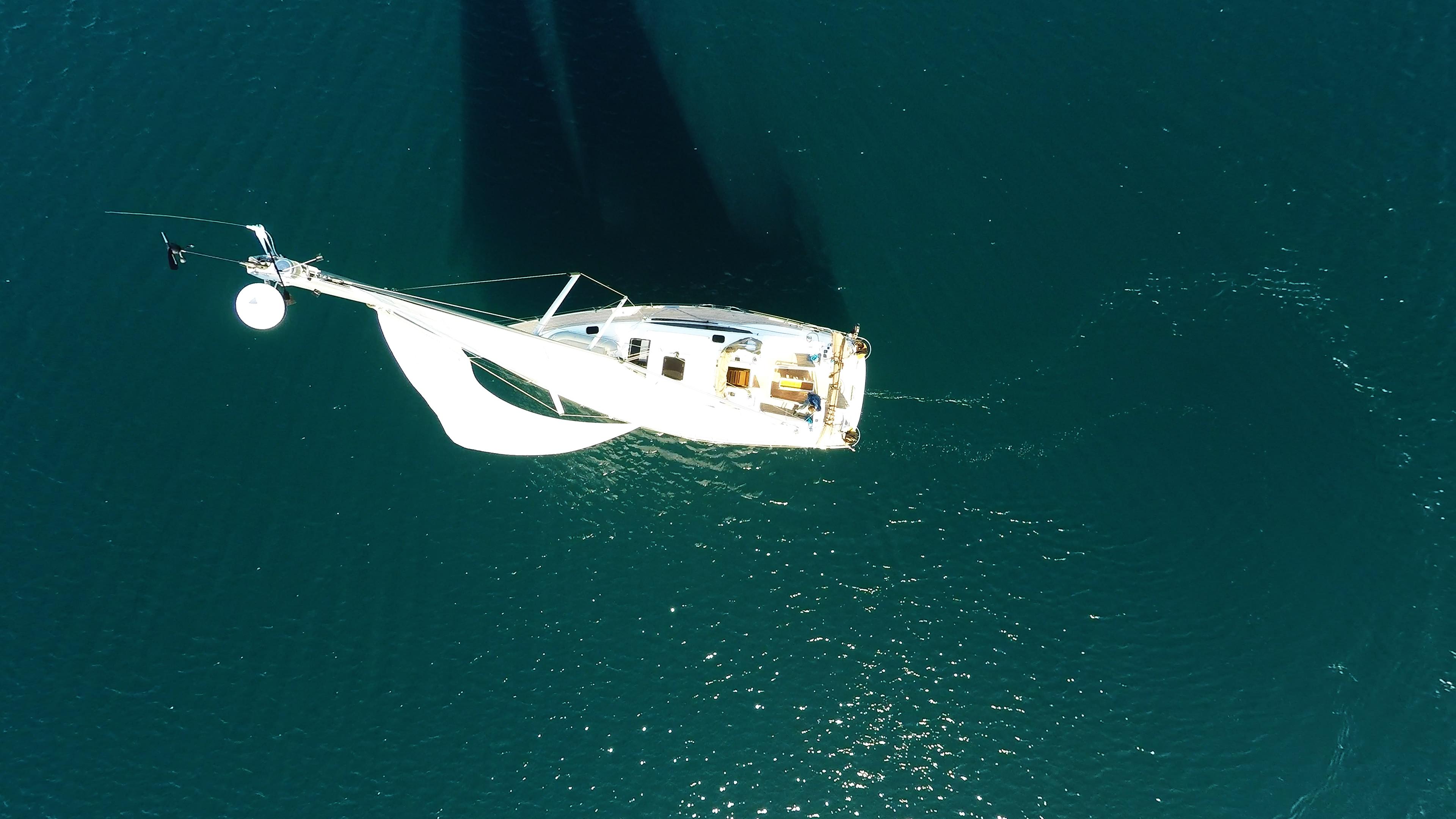barcha a vela vista di uccello albero antenna vele vela barca a vela yacht a vela