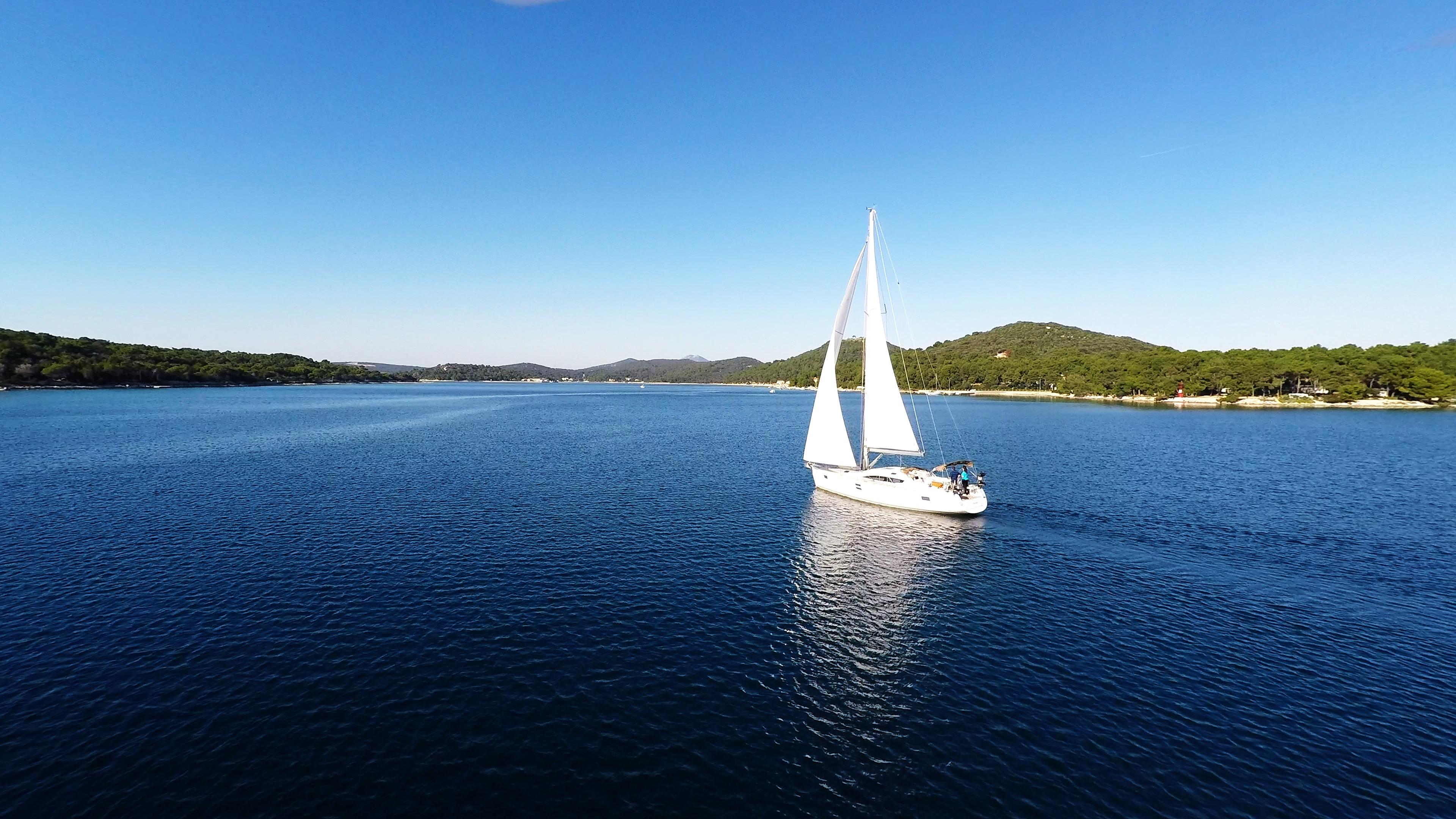 barcha a vela cielo blu baia del mare yacht a vela losinj Croazia
