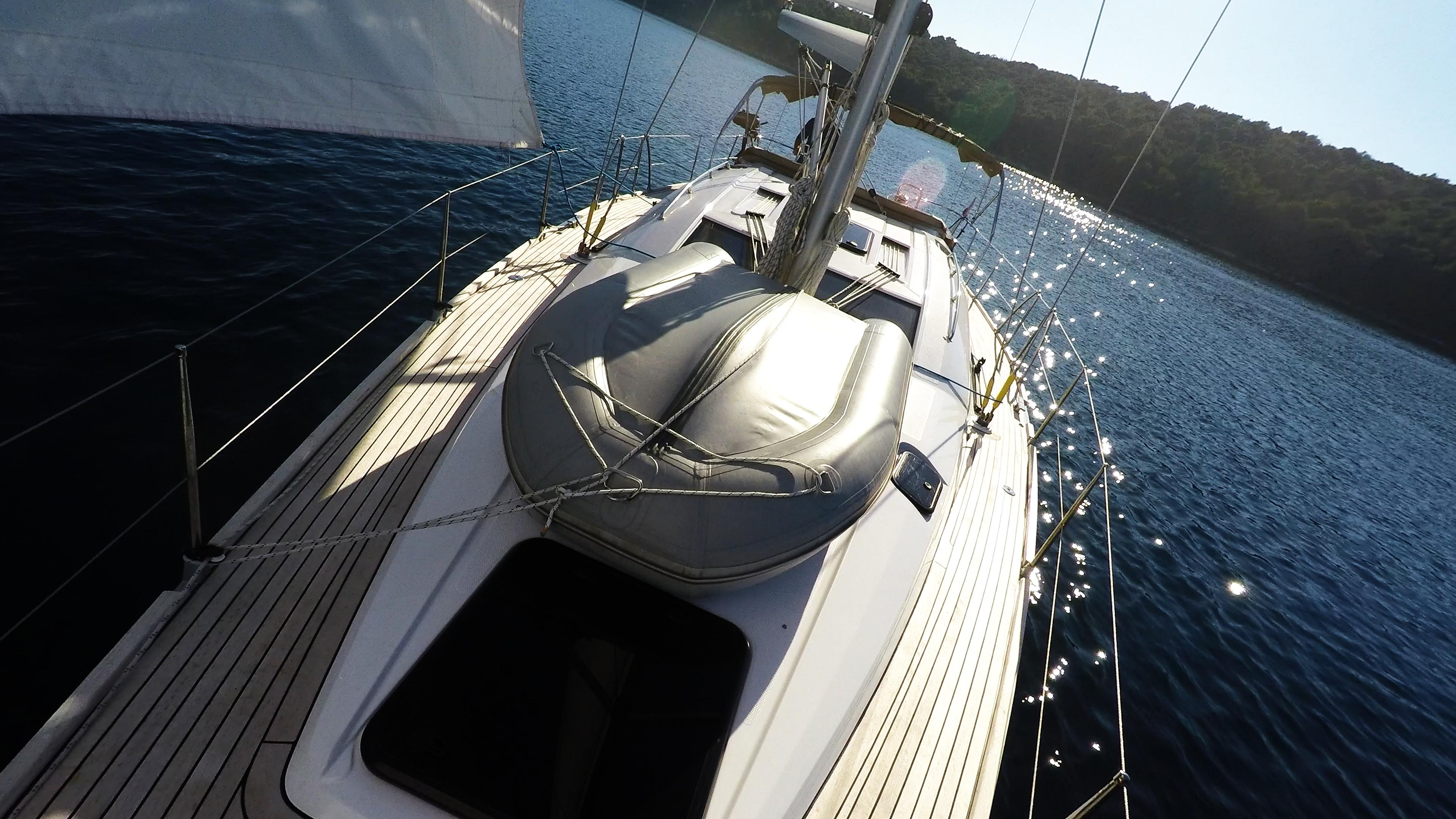 barcha a vela gommone sul coperta della barca a vela yacht a vela