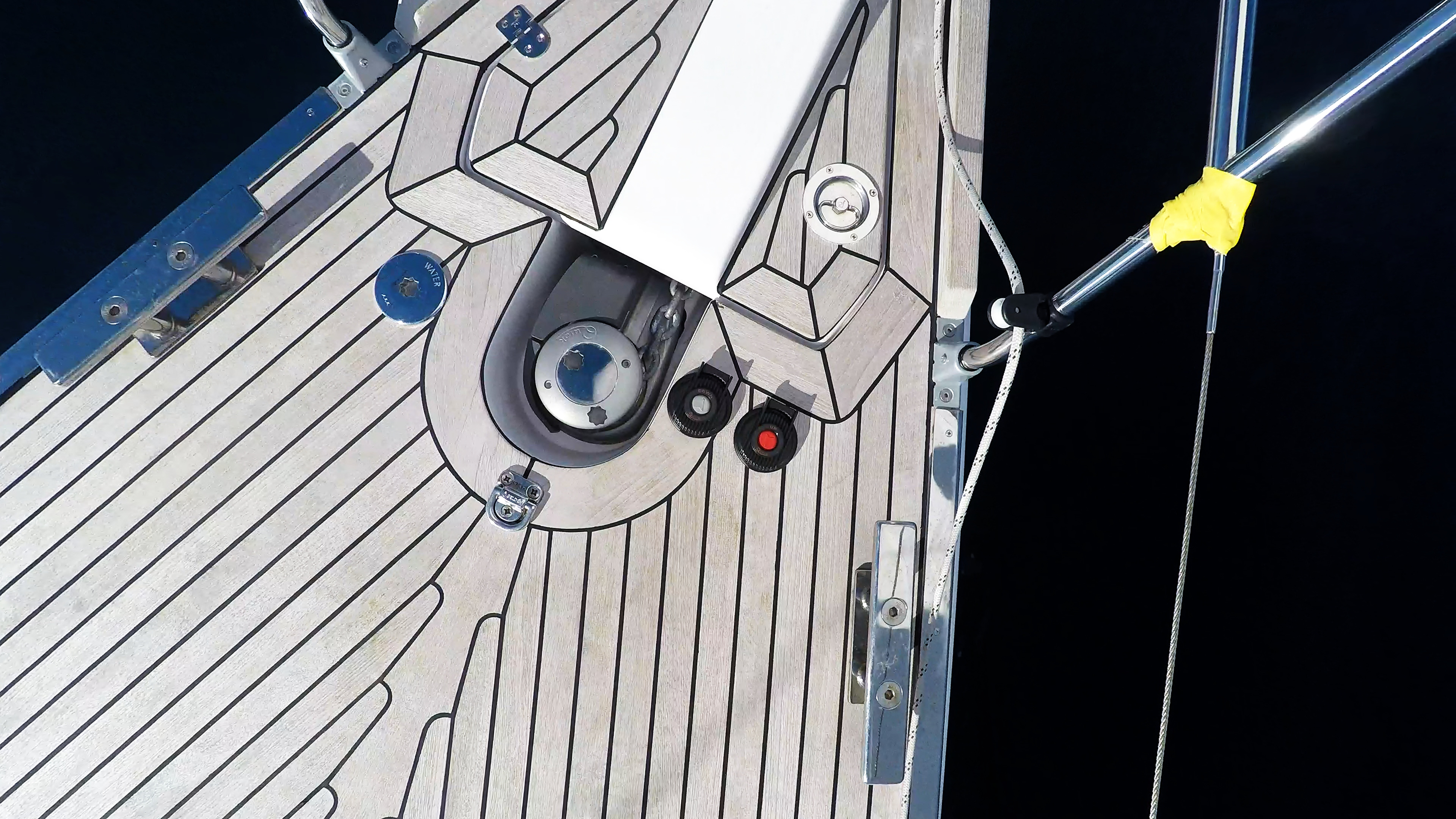 barcha a vela salpa ancora elettrico pontein teak prua della barca a vela