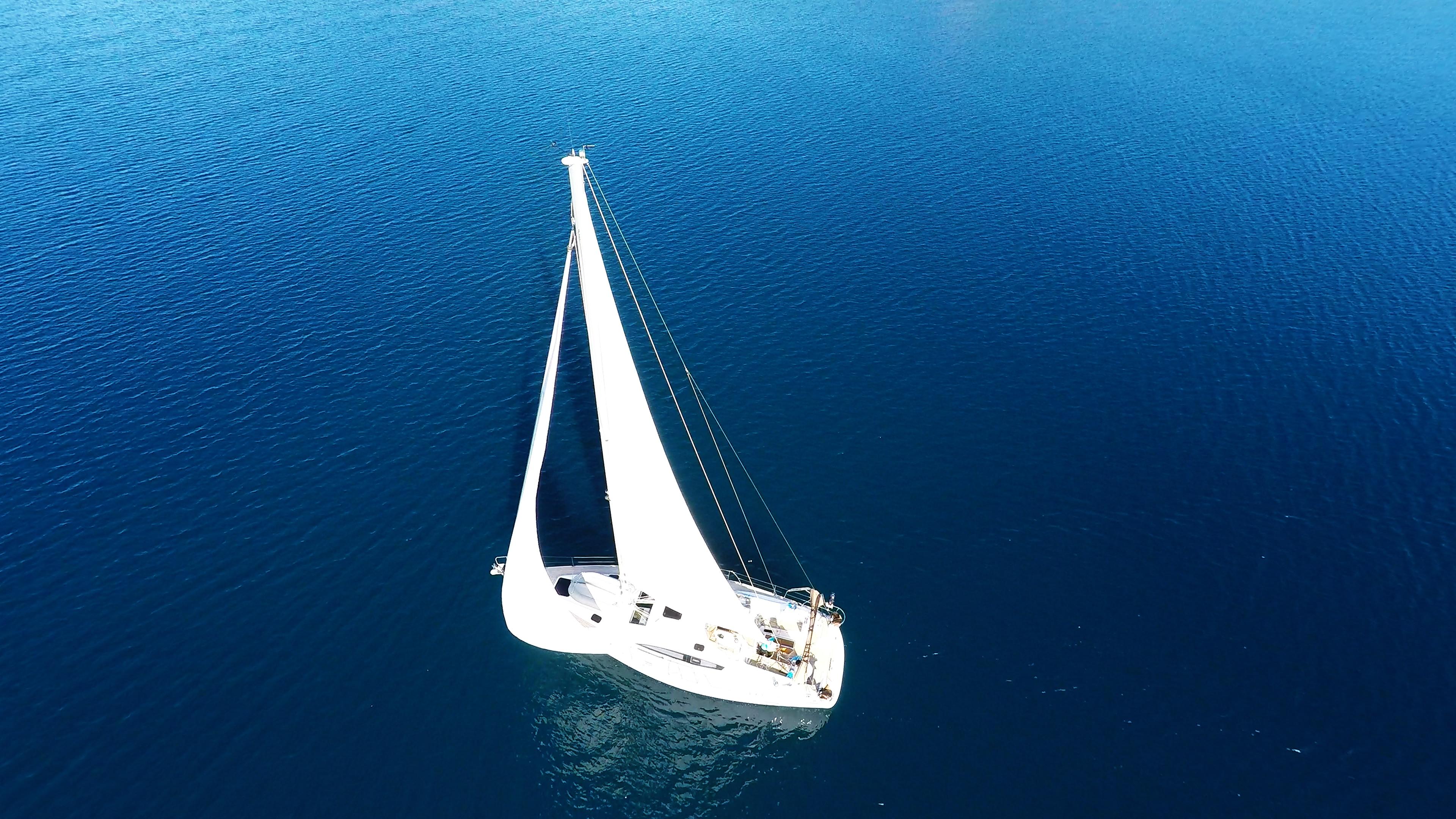 barcha a vela barca a vela mare blu soleggiato vele di yacht a vela